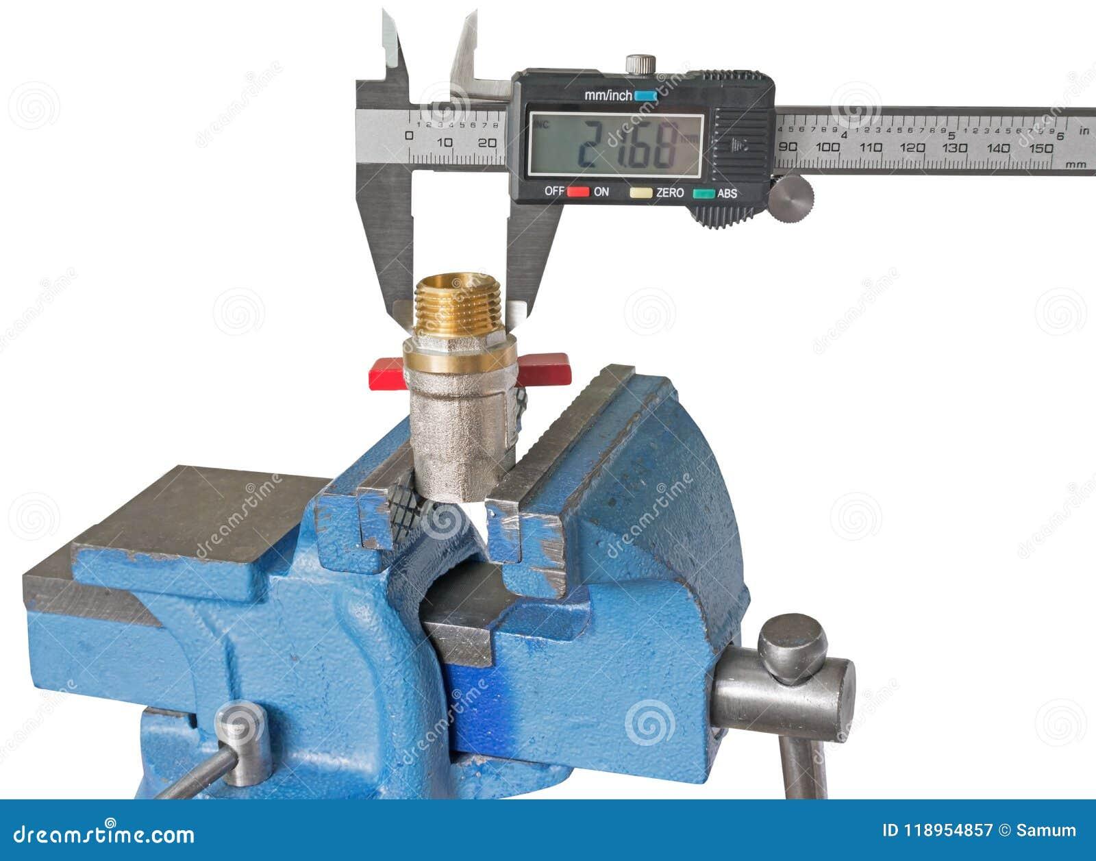 Instalación de tuberías de cobre de la medida con un calibrador electrónico