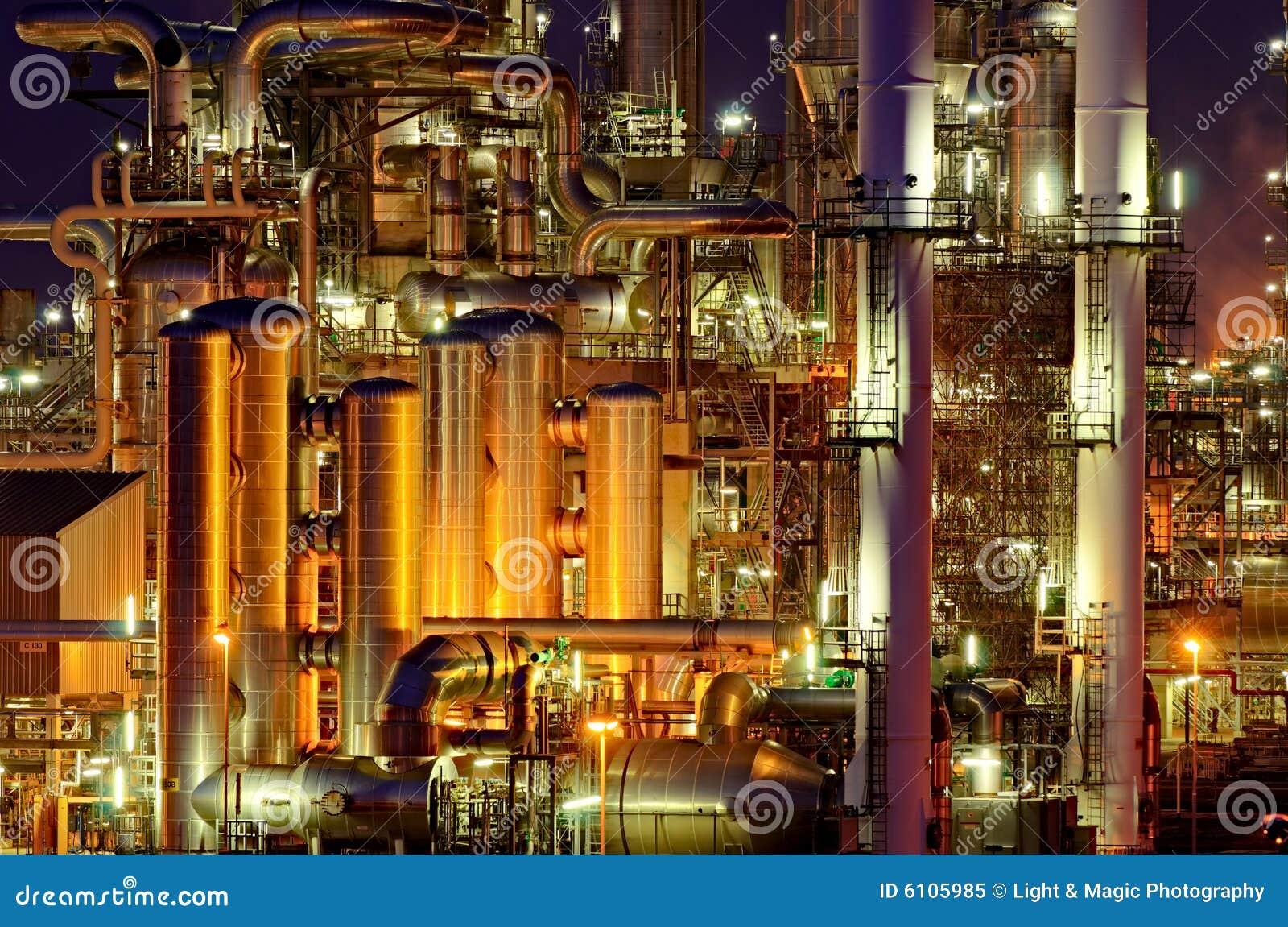 Instalaciones de producción químicas en la noche