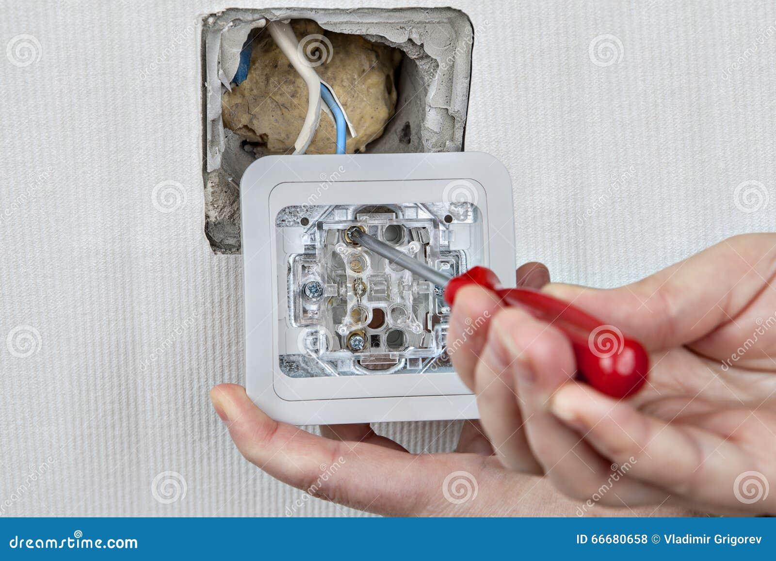 Instale el interruptor de la luz de la pared, conecte con el cableado eléctrico, apriete