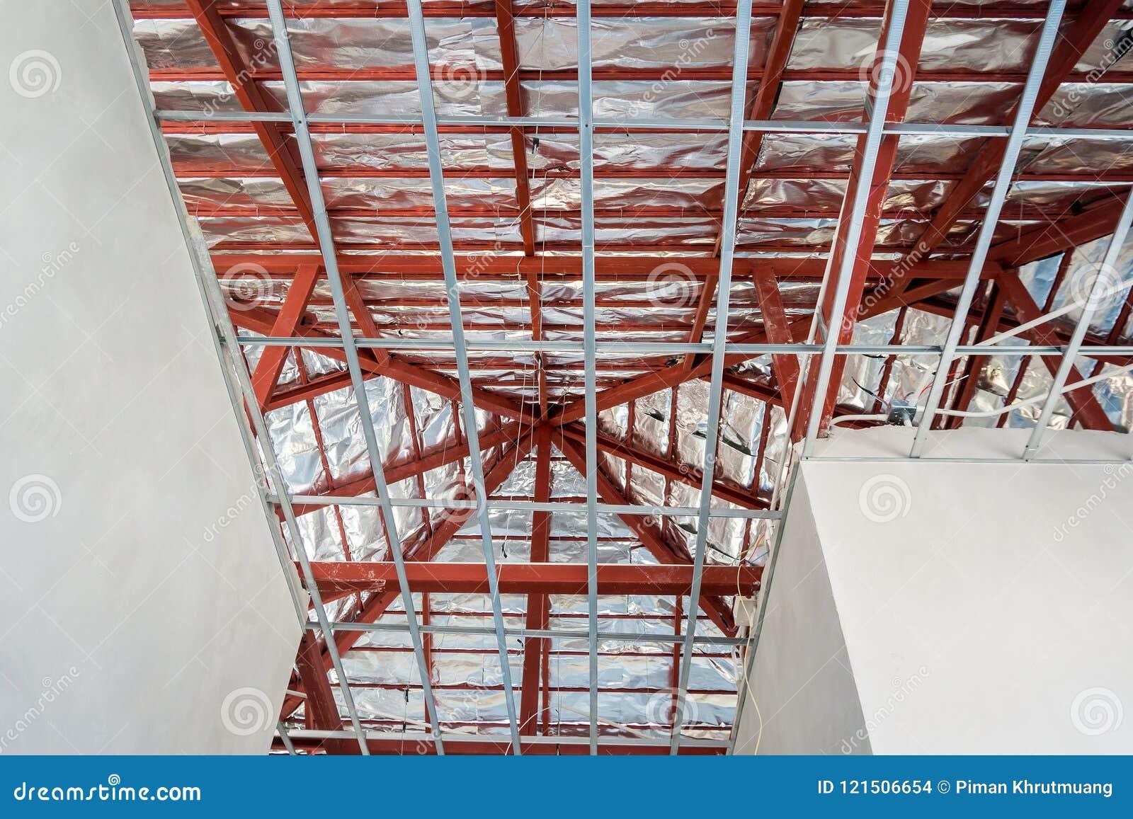 Instale el marco metálico para el techo del tablero de yeso en la casa
