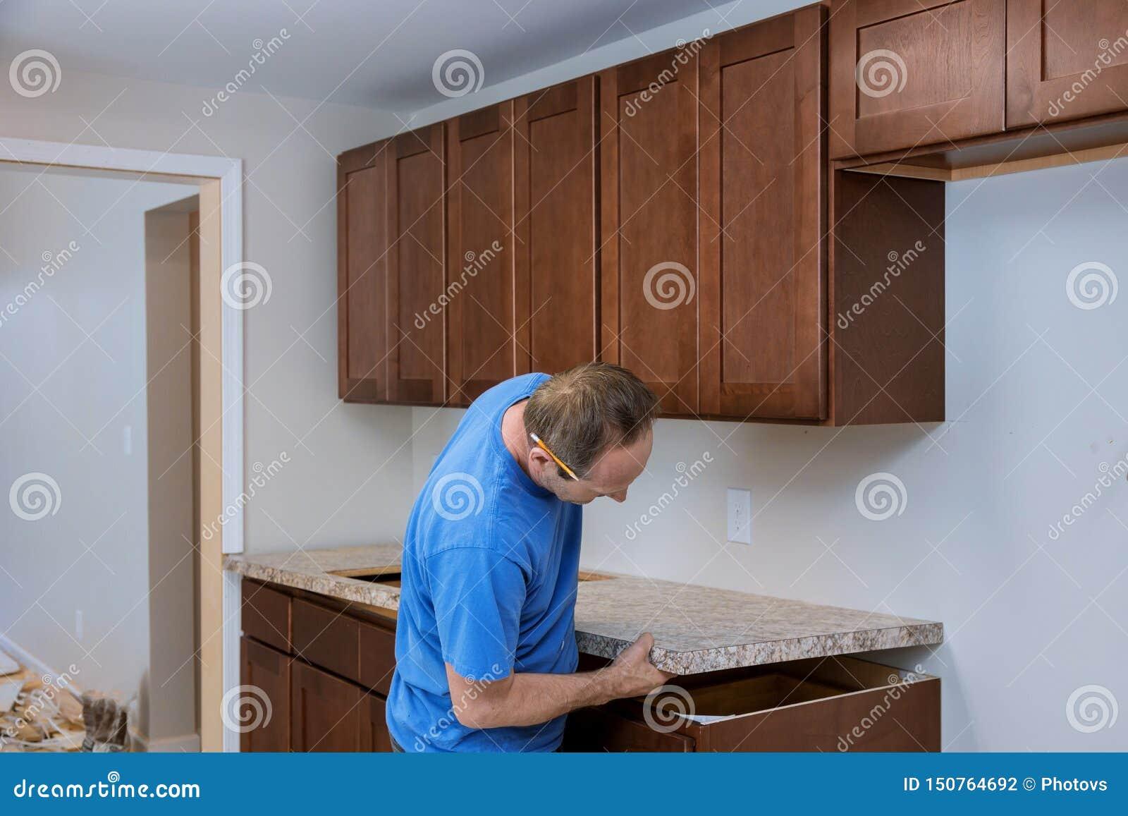 Installando gli appaltatori un ripiano che laminato una cucina ritocca