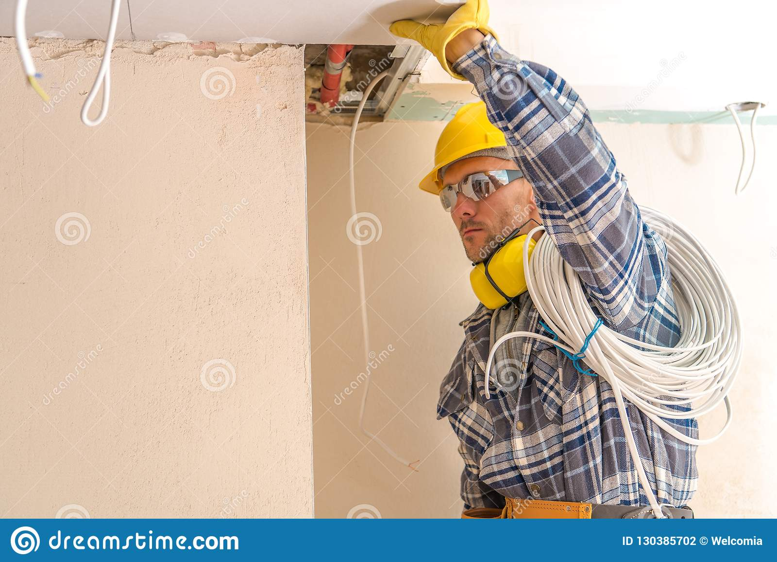 Installateur de câbles électriques