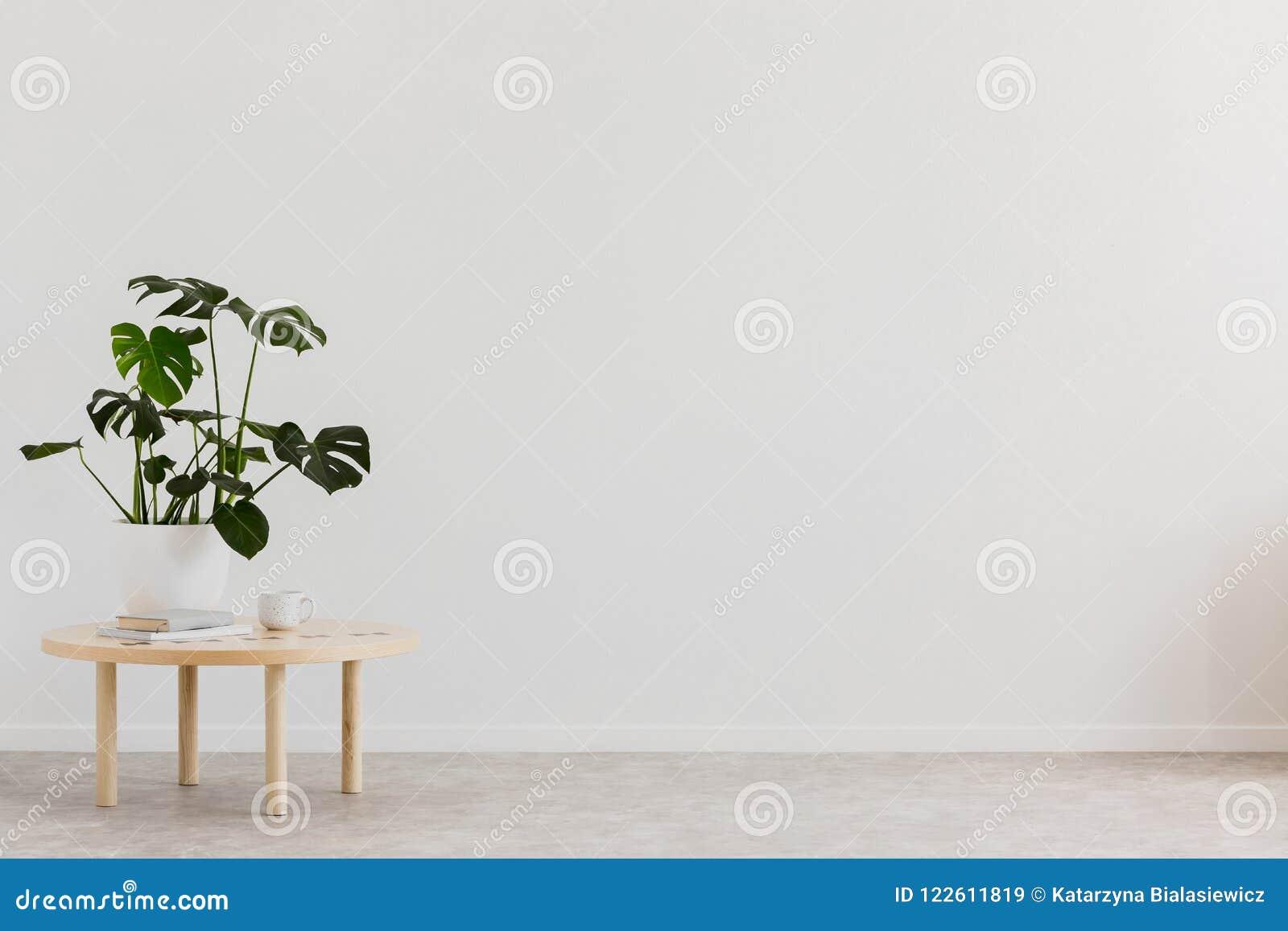 Installatie op houten lijst tegen witte lege muur met exemplaarruimte in woonkamerbinnenland Echte foto Plaats voor uw meubilair