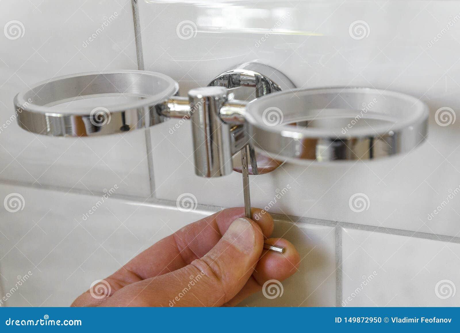 Installatie van Kophouder in de badkamers het concept regeling en reparatie van huisvestingsruimte