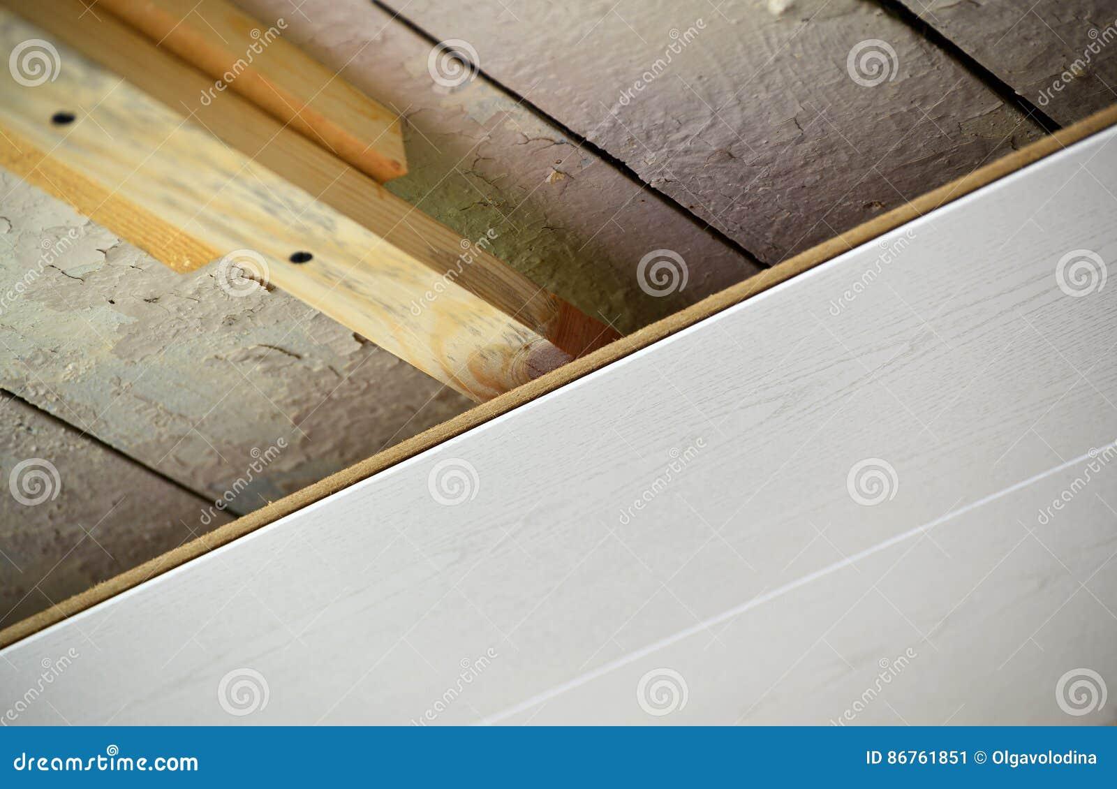installatie van plafond van mdf panelen stock afbeelding. Black Bedroom Furniture Sets. Home Design Ideas