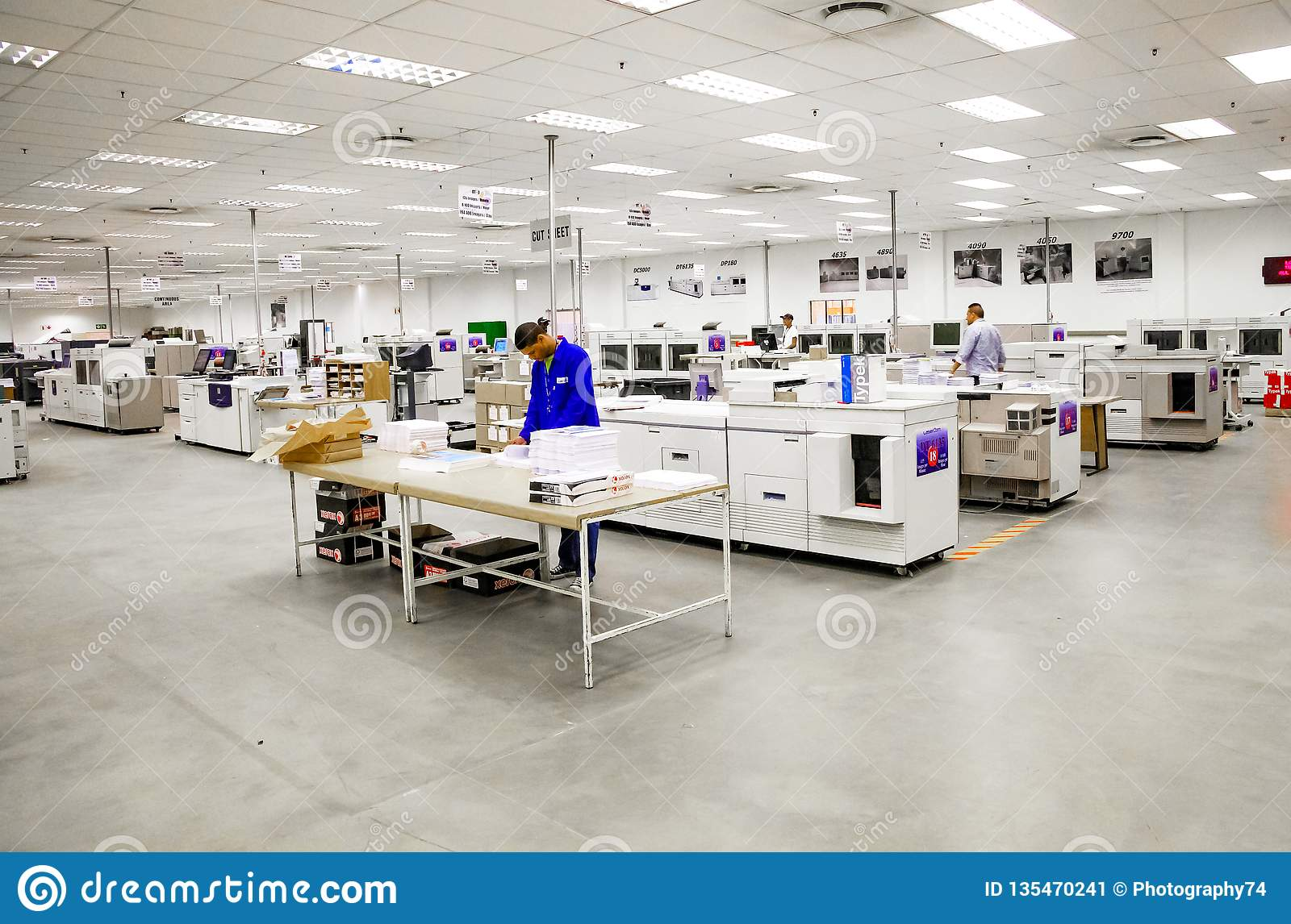 Installation à l intérieur d impression et d empaquetage d usine