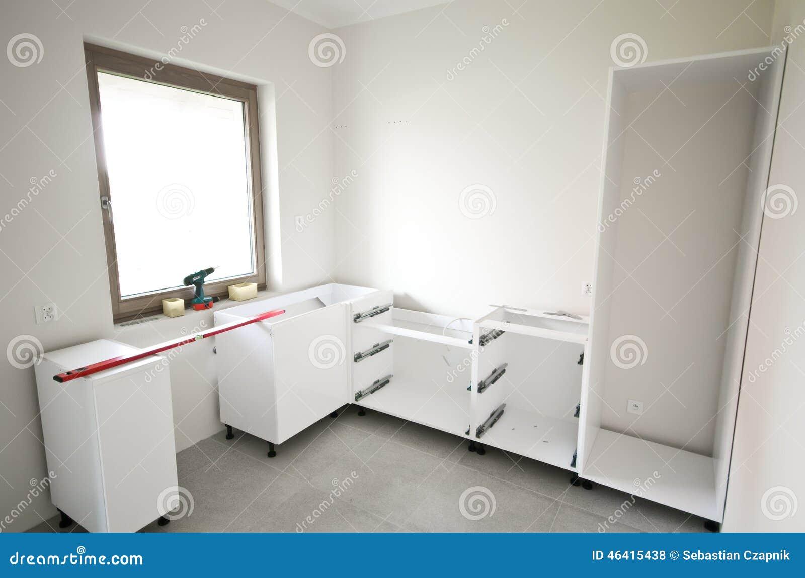 Installation av nytt vitt kök arkivfoto   bild: 46415438
