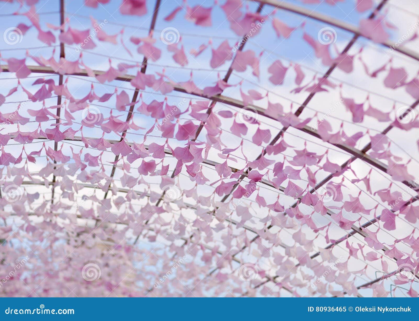 Installation d art sous forme de voûte avec des pétales de fleur fragment astana