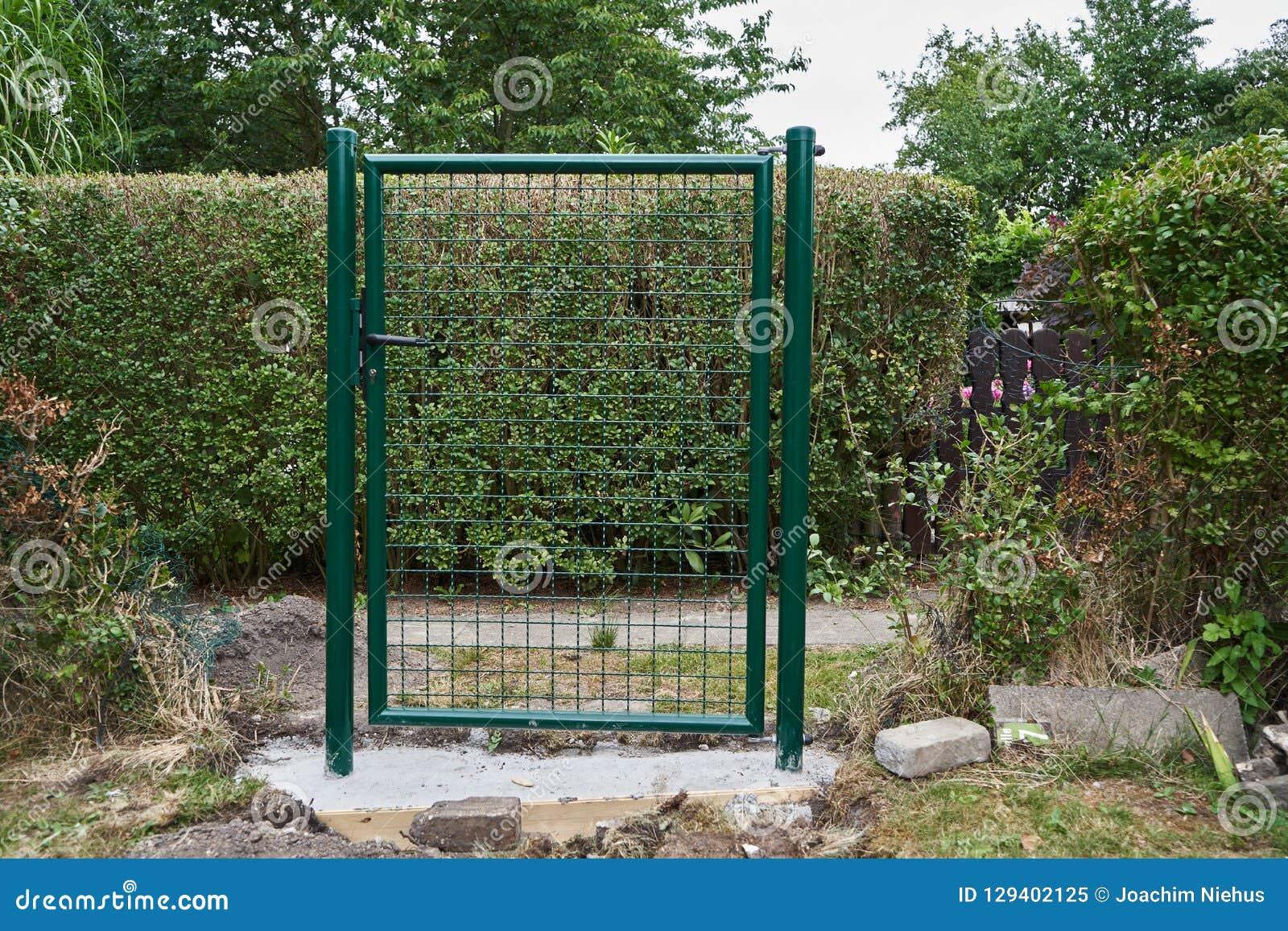 Installation D\'une Nouvelles Porte Et Barrière De Jardin Image stock ...
