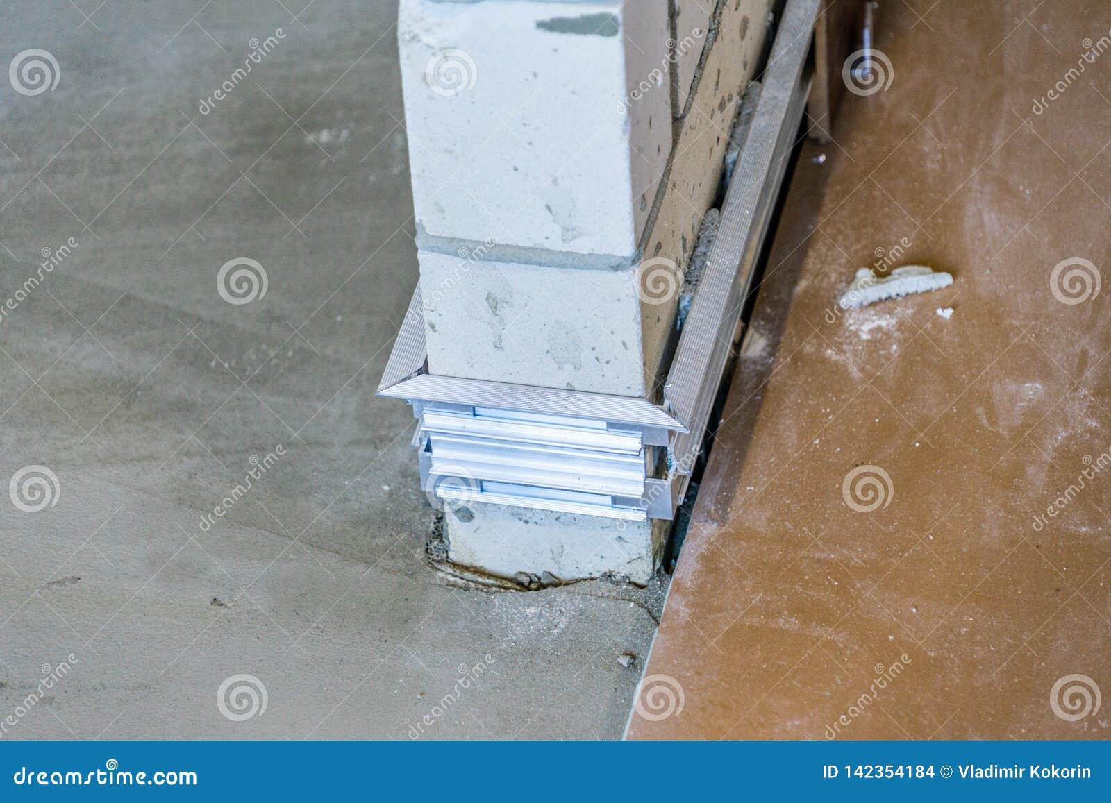 Installation de conseil de bordage caché à l étape initiale des travaux de finition Réparation à la maison