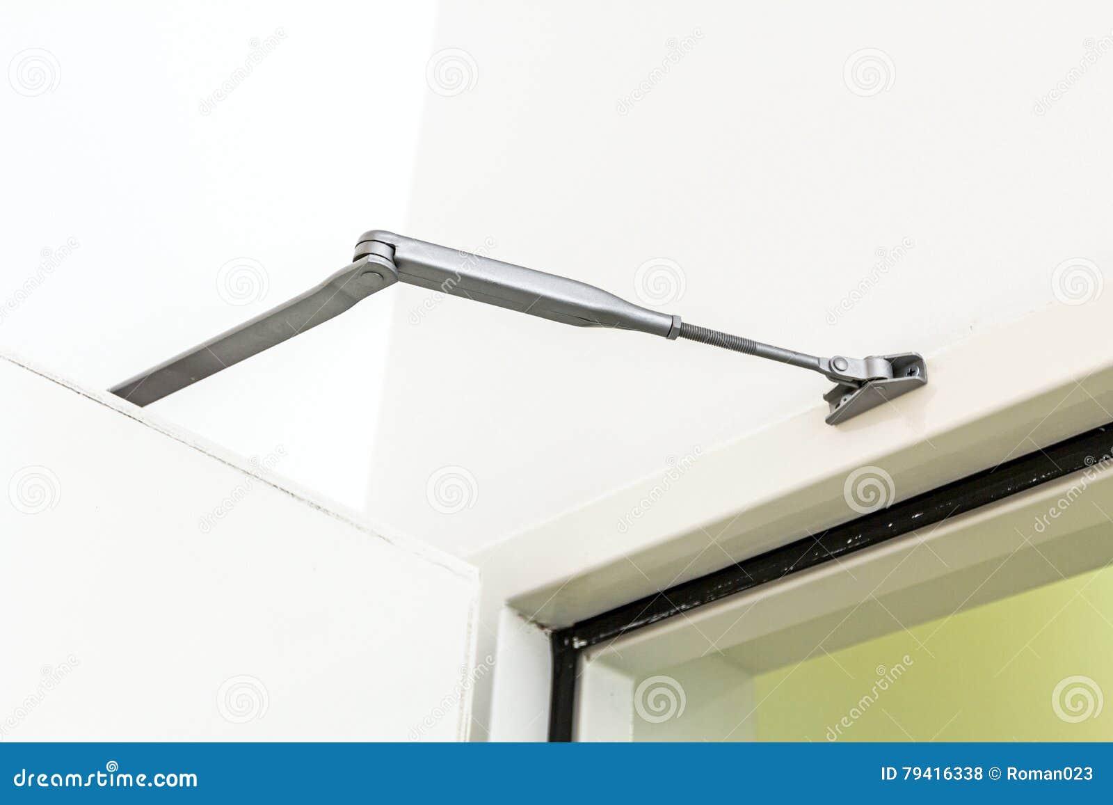 installation de ferme porte ou d 39 amortisseur fermeture. Black Bedroom Furniture Sets. Home Design Ideas