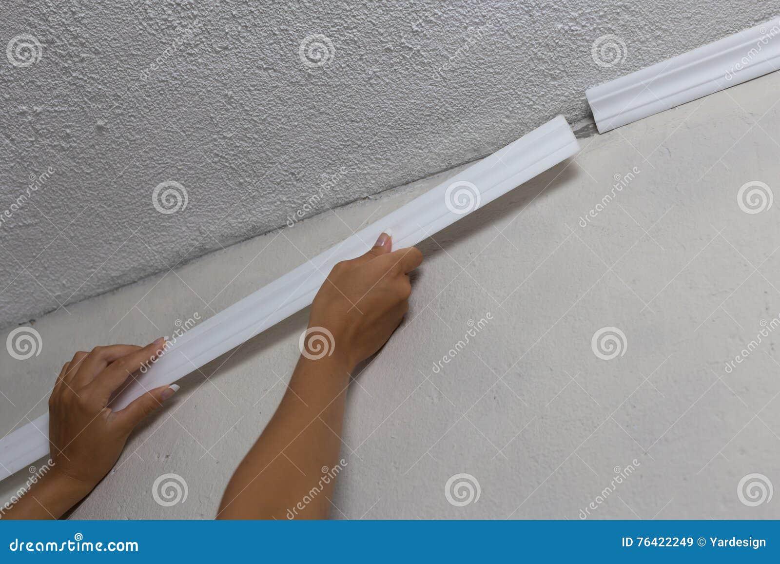 installation de la moulure couronn e sur le plafond dans la chambre avec le mur peint fragment. Black Bedroom Furniture Sets. Home Design Ideas