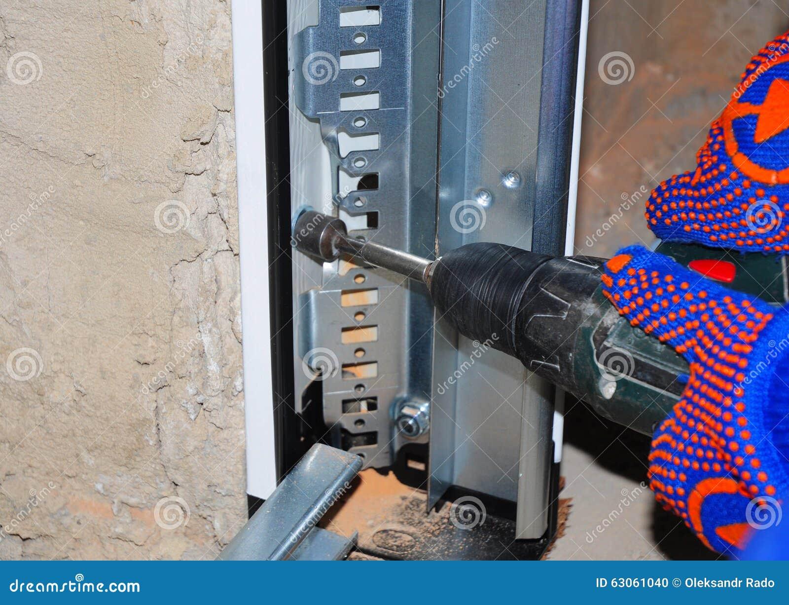 Installation de panneau de porte de garage homme l 39 aide for Installation de porte