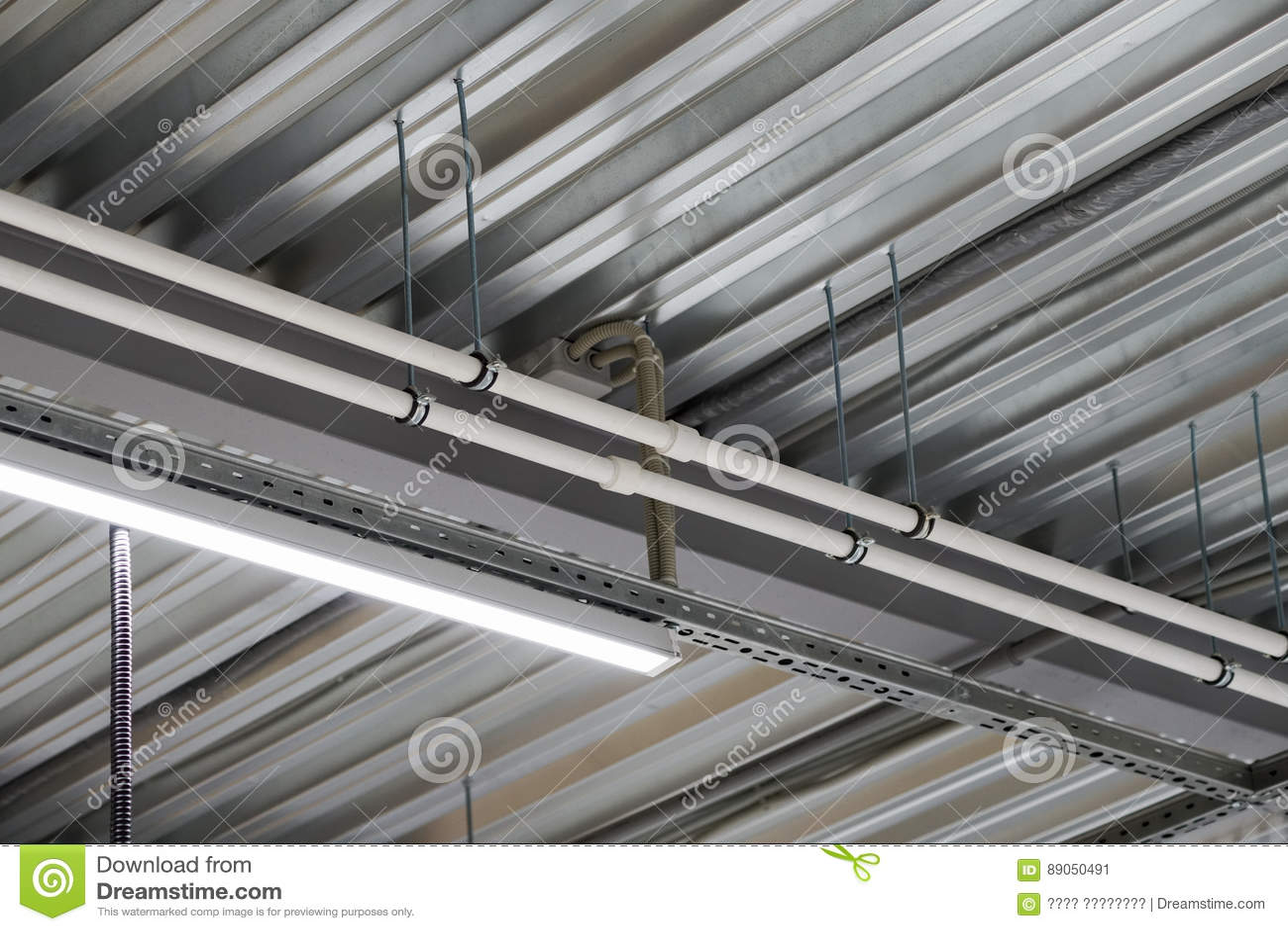 Installation De Plafond Suspendu Dappareils Déclairage Image Stock