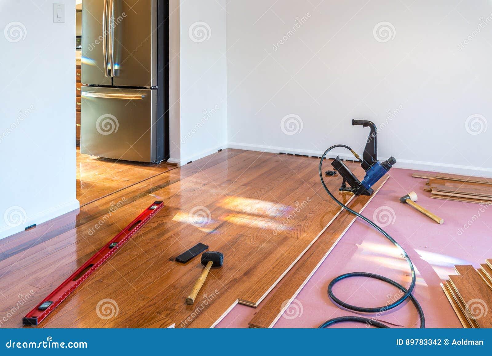 Installation de plancher en bois dur