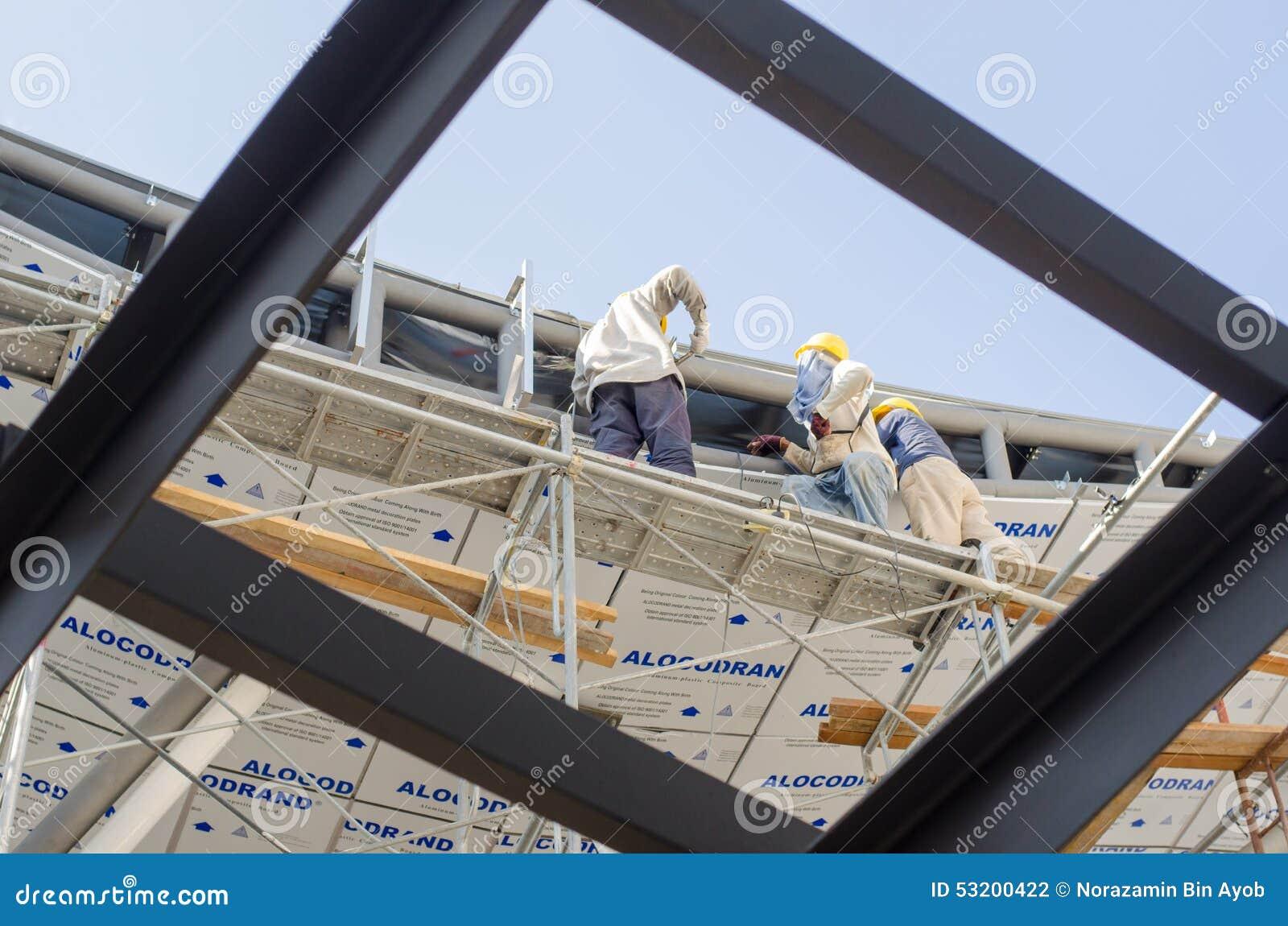 Installation de toit de travailleur de la construction