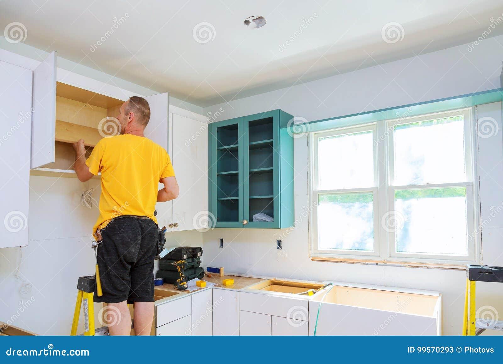 Installation Der Küche Arbeitskraft Installiert Türen Zum ...