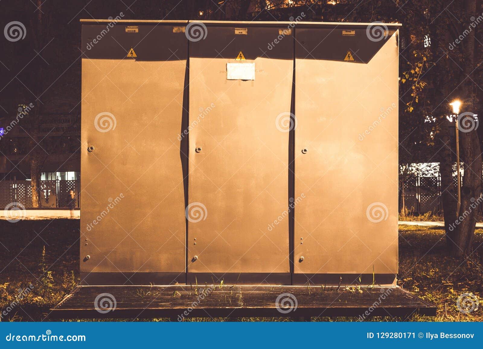 Installation extérieure d armoire à haute tension pour commuter les installations électriques