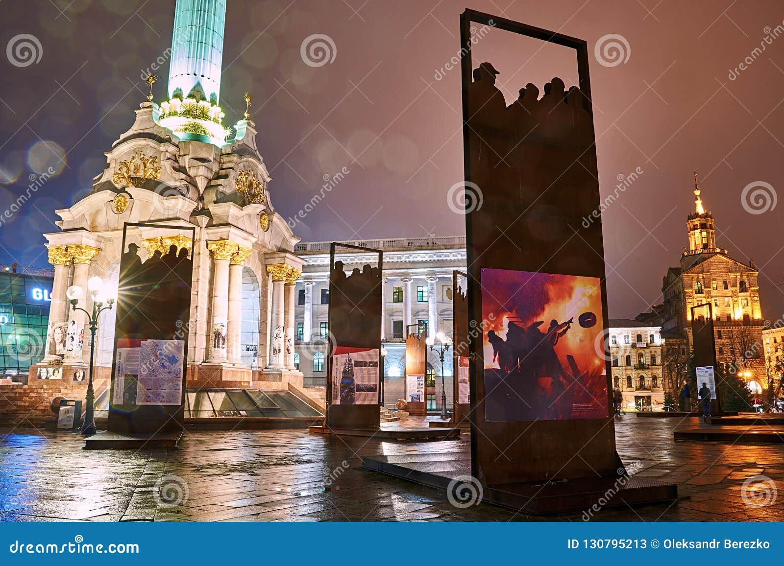 Installation som firar minnet av den himla- hundraen, och revolution av värdighet på Maidan Nezalezhnosti i Kyiv, Ukraina
