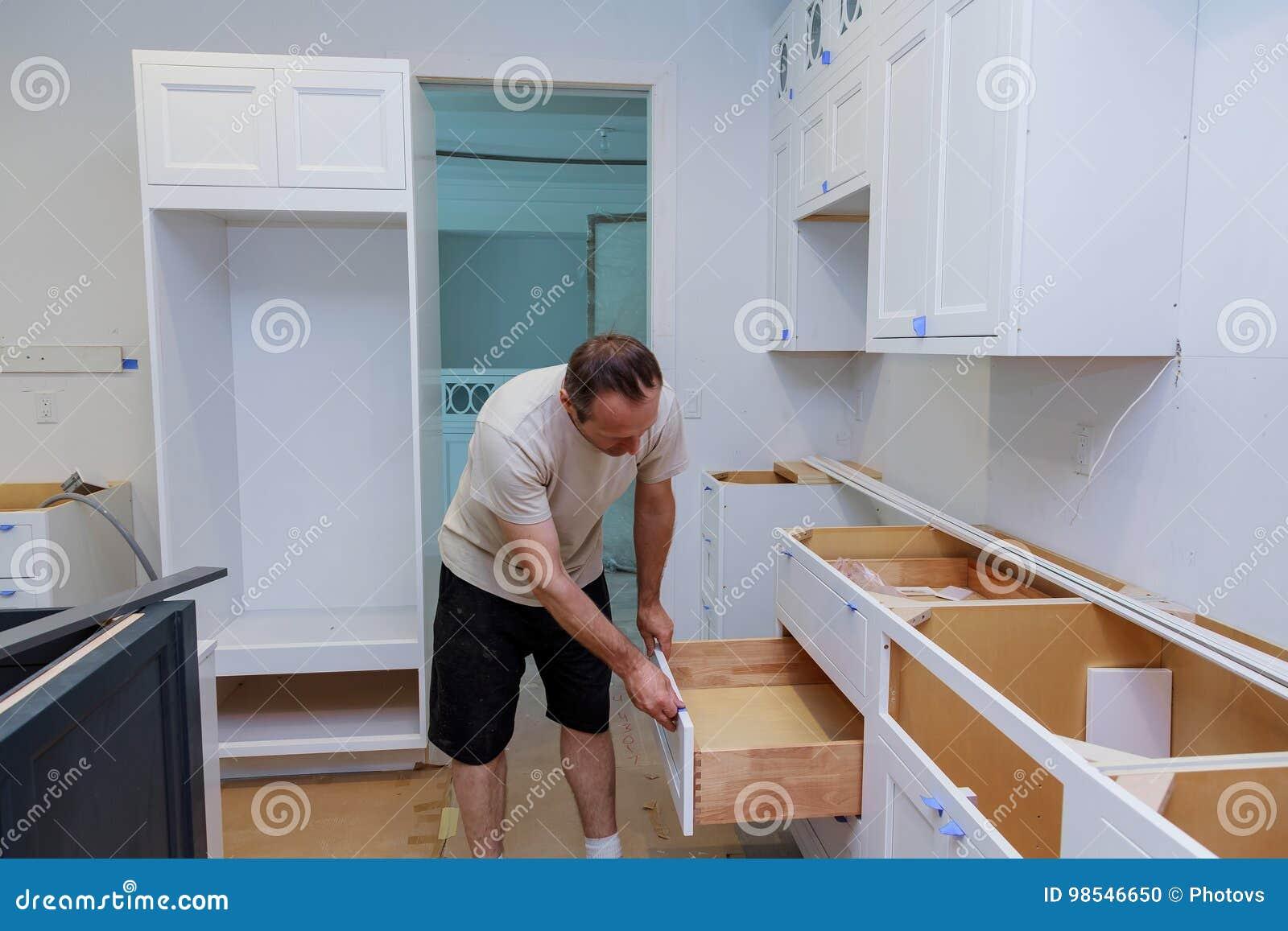 Installationsküche Arbeitskraft Installiert Türen Zum Küchenschrank ...