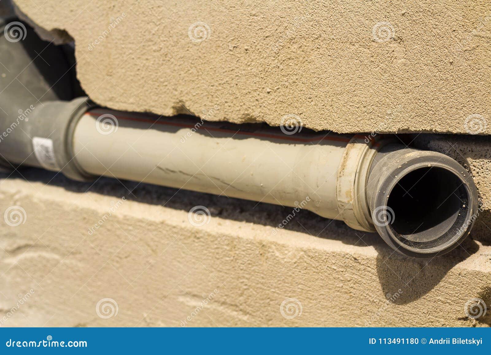 Tubi Per Scarico Bagno installazione dei tubi per fognatura in un bagno di un