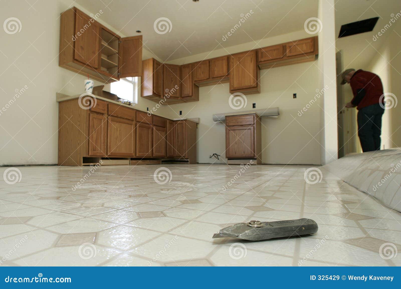 installazione del pavimento della cucina immagine stock