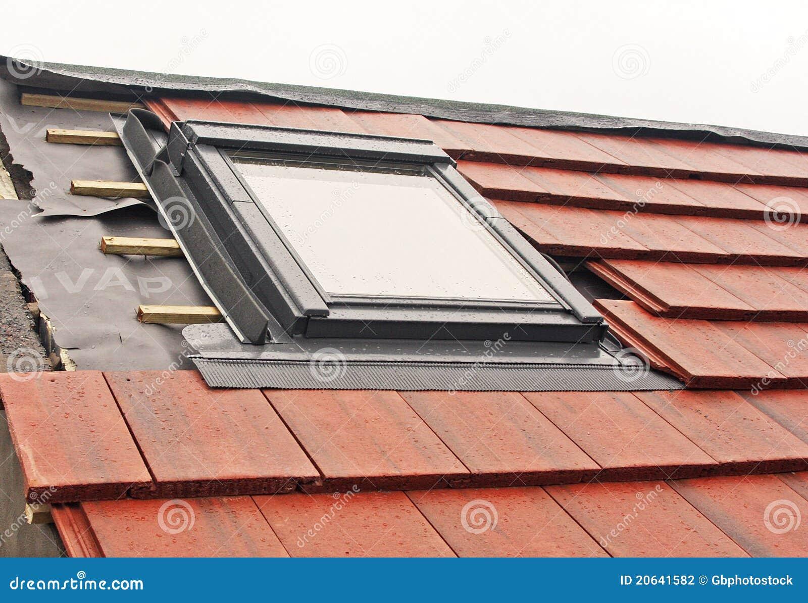 VELUX consente di installare con un semplice gesto e senza forare il  battente qualsiasi tenda interna VELUX manuale o solare. 9ea37ba51ab