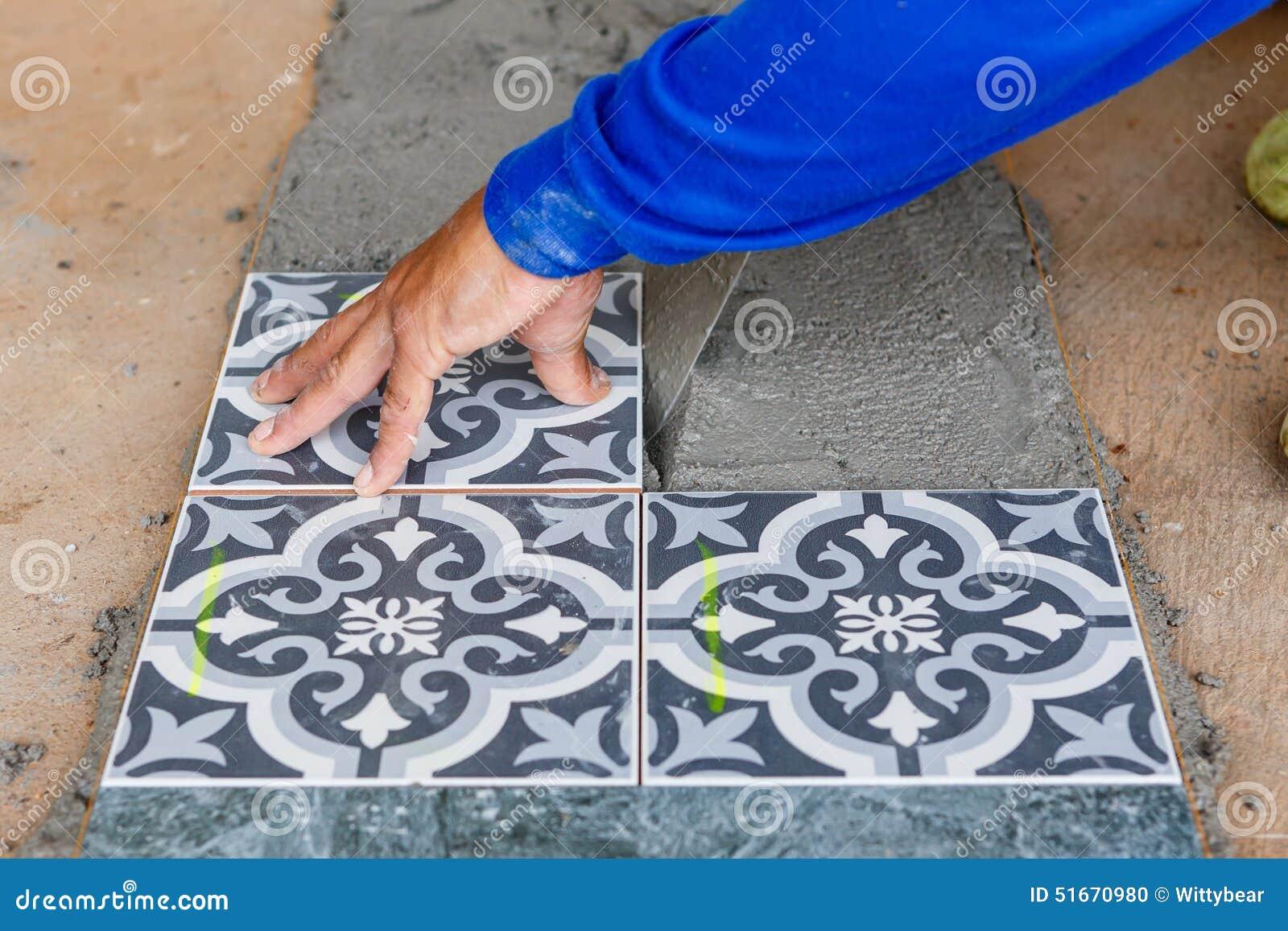 Installazione della piastrella per pavimento per la costruzione di