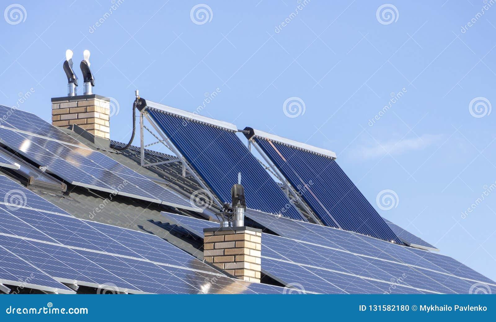 Installazione solare per la generazione di elettricità e di riscaldamento dell acqua verdi sul tetto di una fine residenziale del