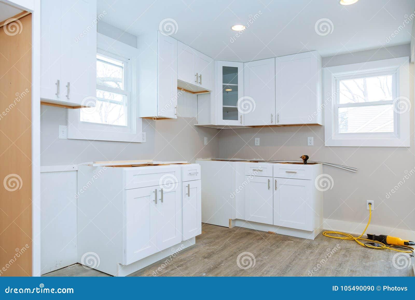 Installeer bouw van het keukenkasten de Binnenlandse ontwerp van een keuken