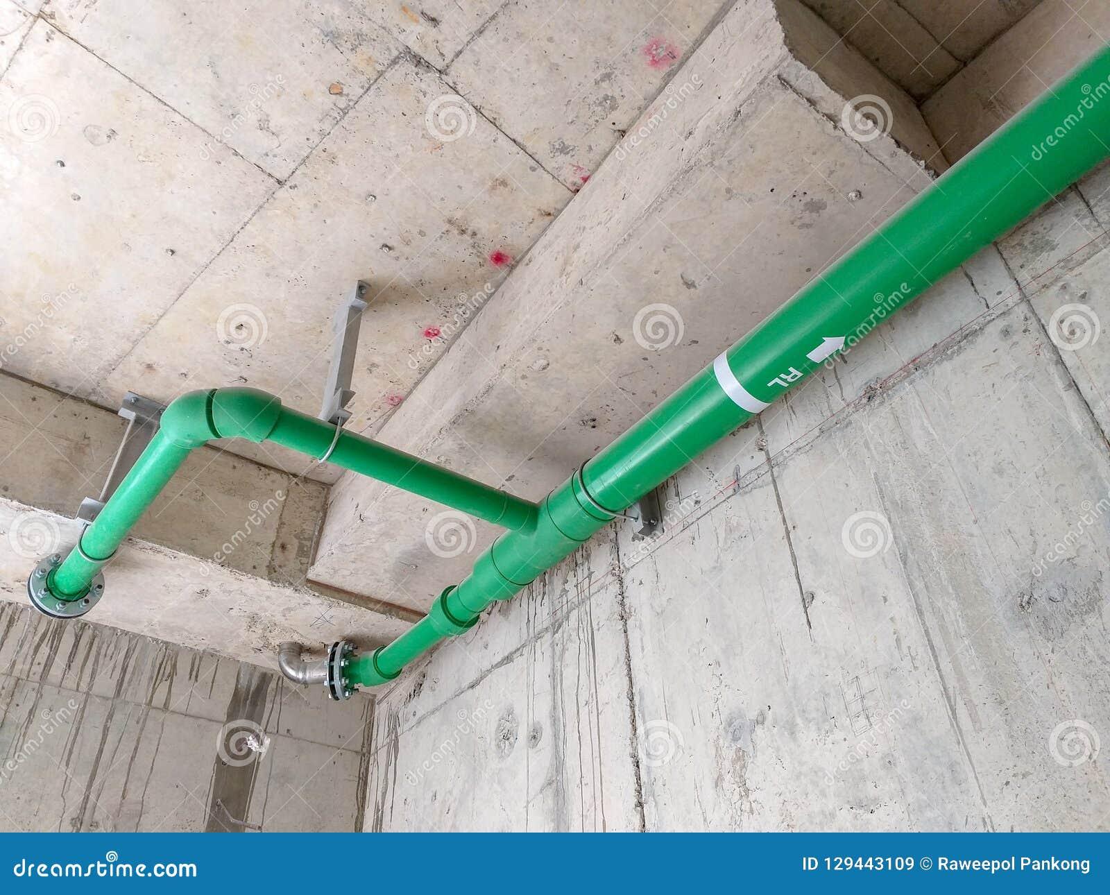 Installeer drainagepijpen binnen gebouwen