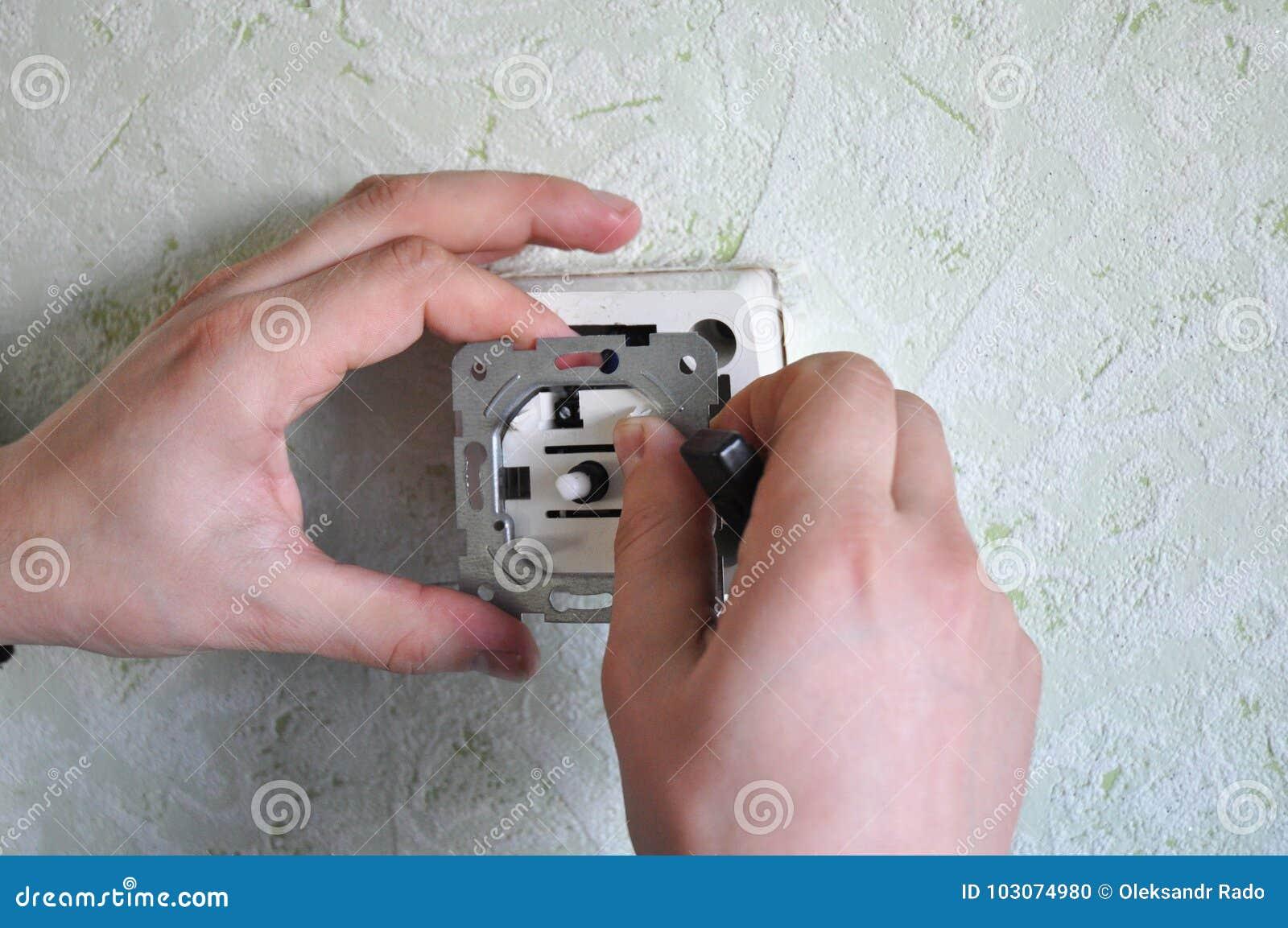 Installeer een Schemerigere Lichte Schakelaar De schemerigere schakelaars staan u toe om de stemming te plaatsen, evenals helpen