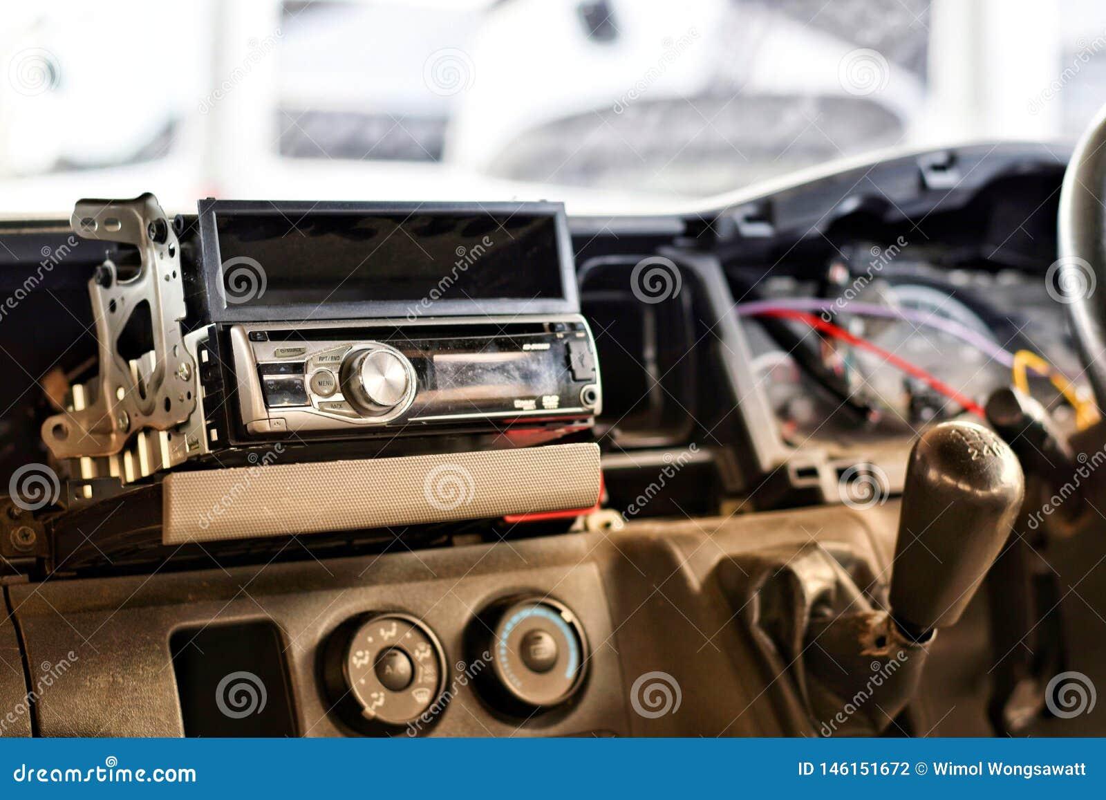 Installeer persoonlijk een radioauto van technicus