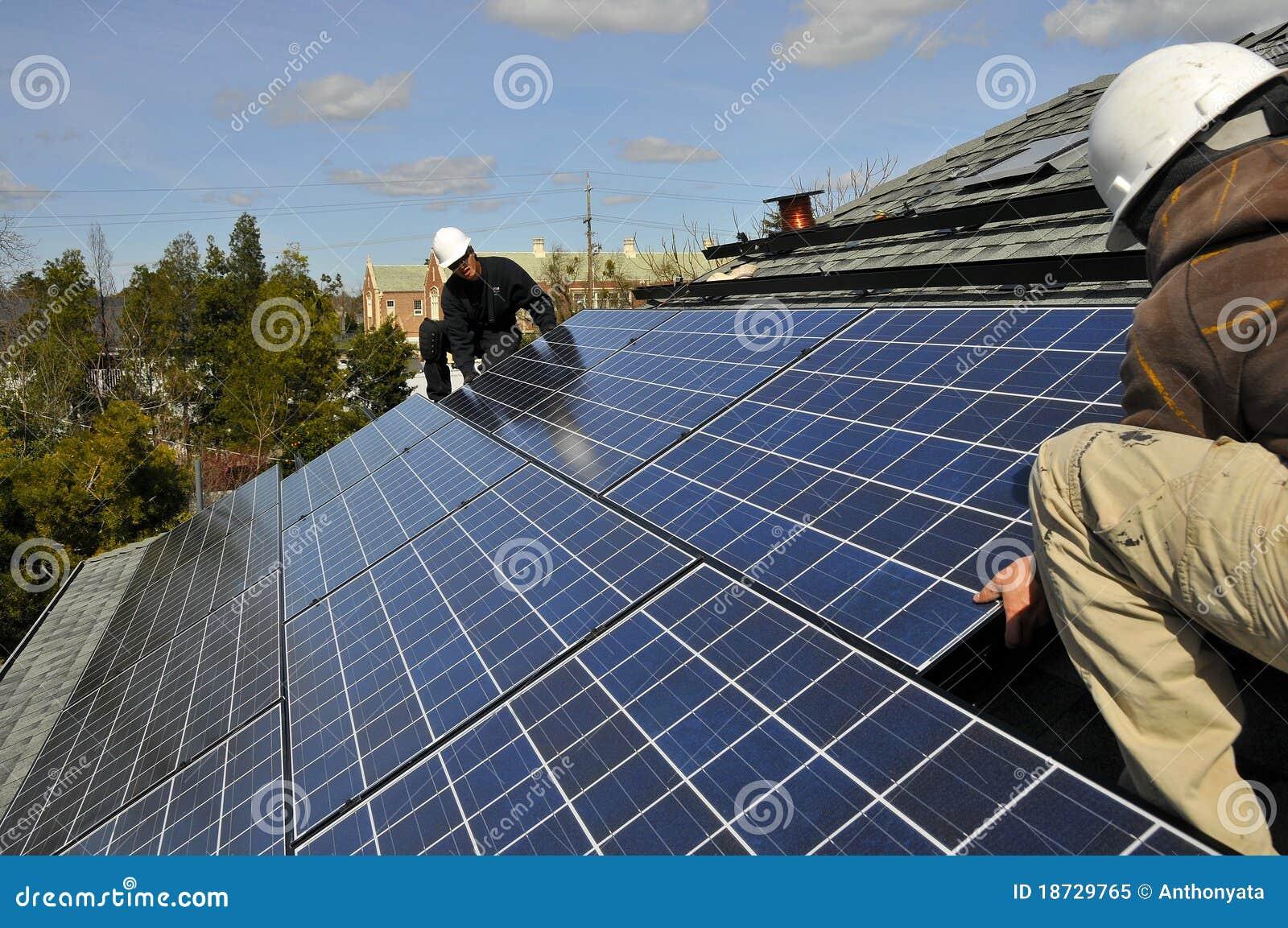 Installers kasetonują słonecznego
