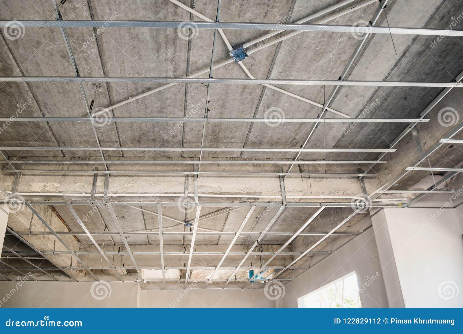 Installez Le Cadre En Métal Pour Le Plafond De Plaque De Plâtre à La Maison