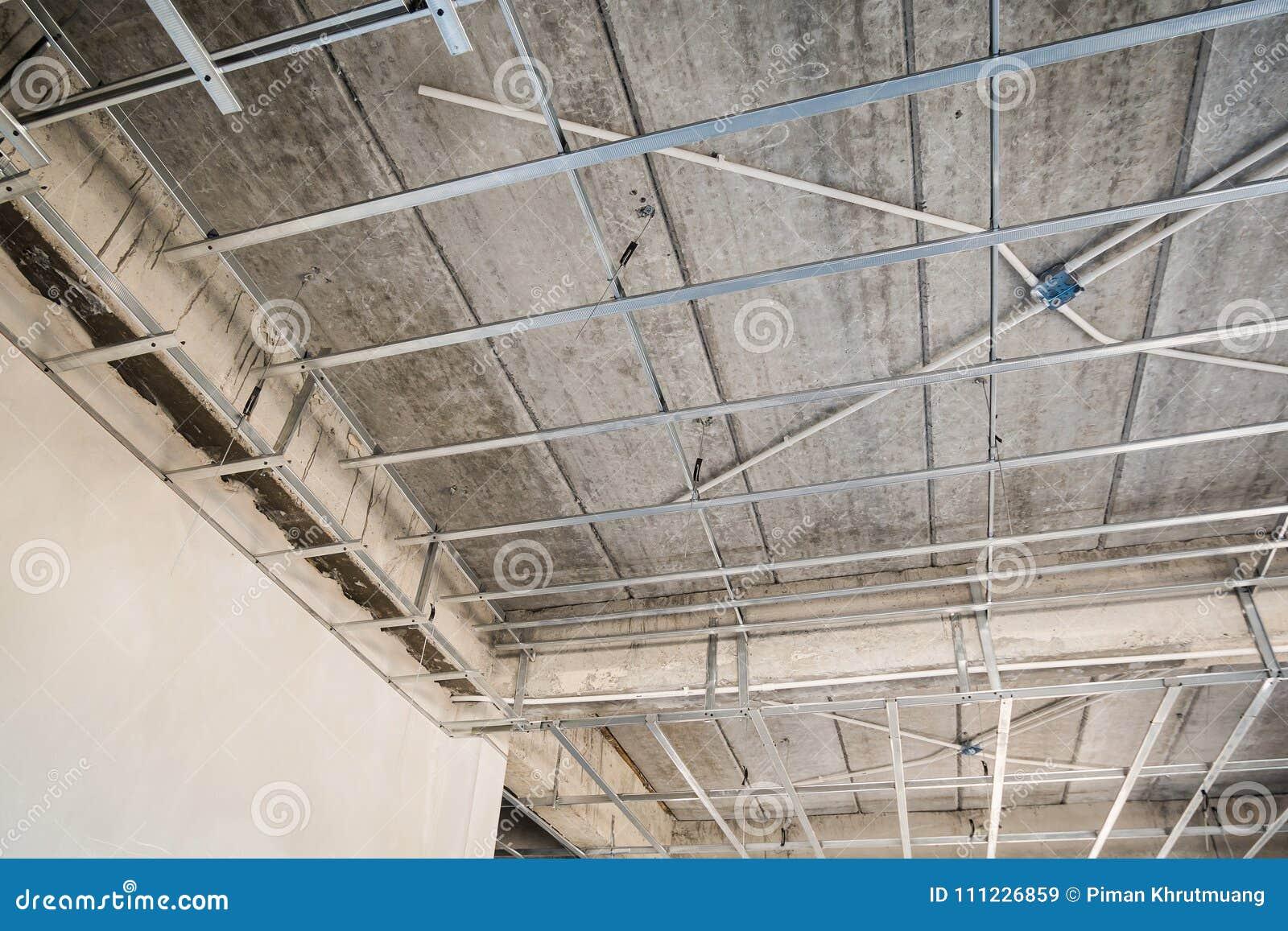 Installez Le Cadre En Métal Pour Le Plafond De Plaque De Plâtre