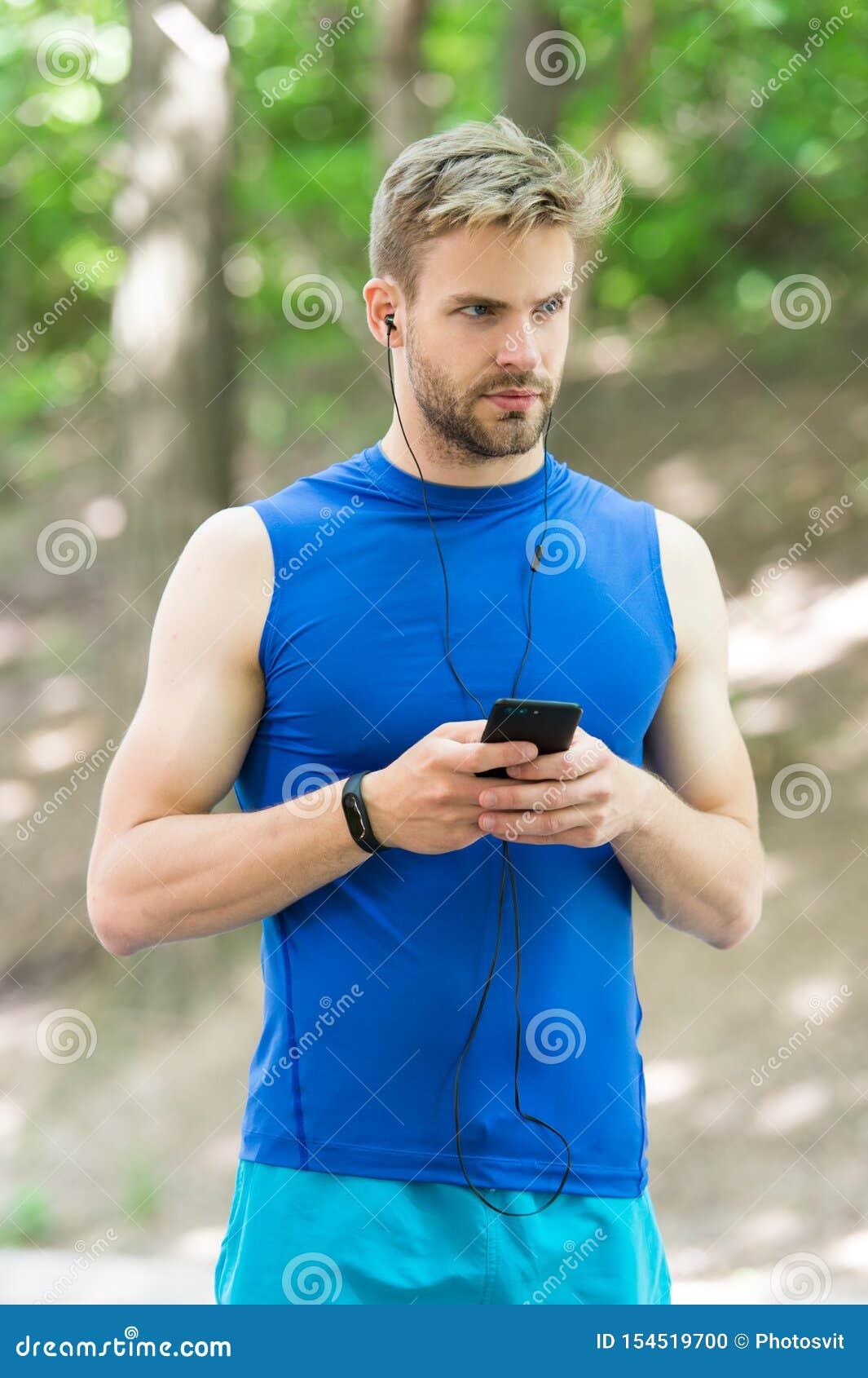 Installi l itinerario per il funzionamento facendo uso dell applicazione Smartphone dell uomo pronto ad iniziare trotto Applicazi