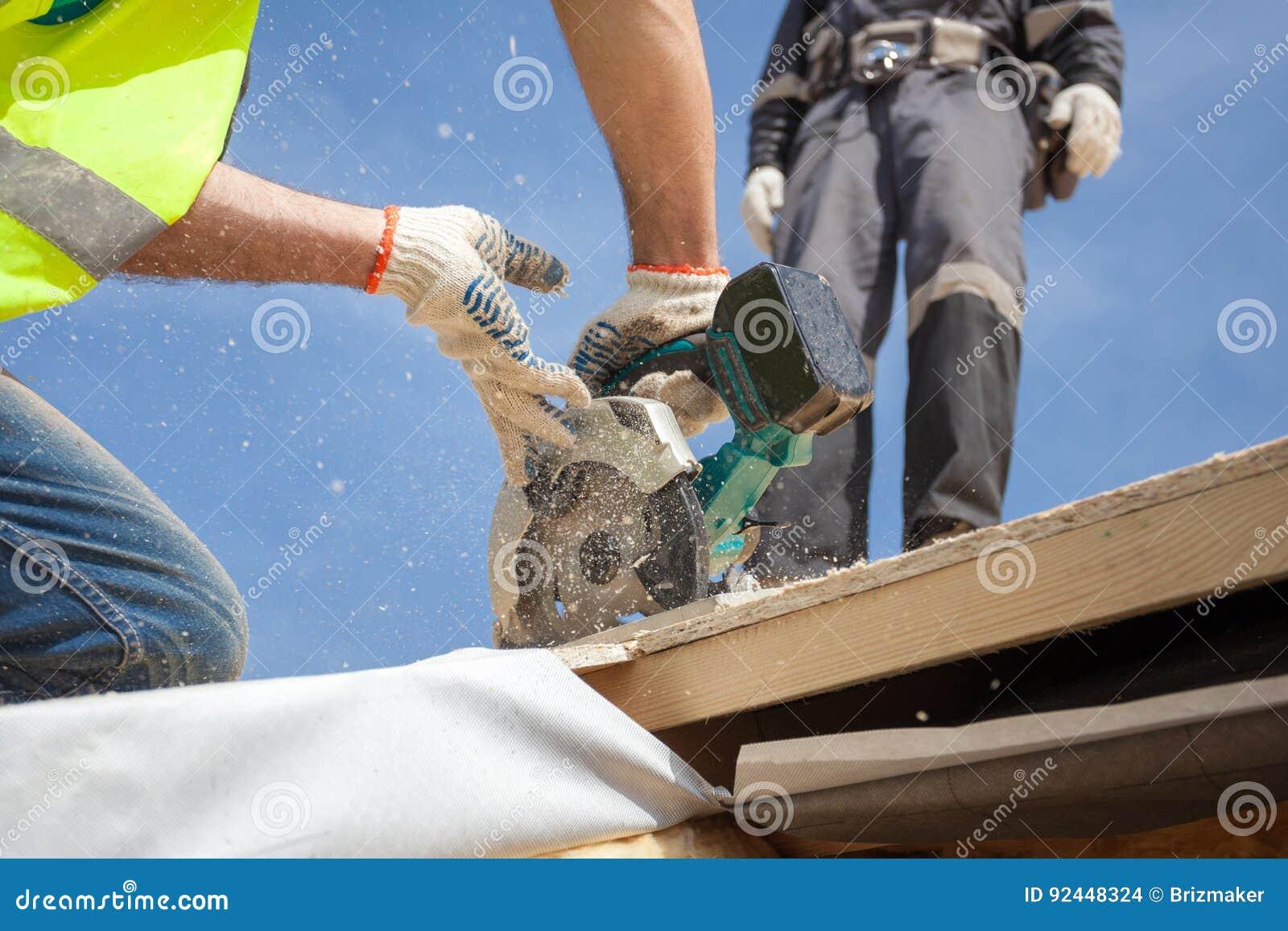 Instalować skylight Budowa budowniczego pracownika use kurenda Zobaczył Ciąć Dachowego otwarcie dla okno