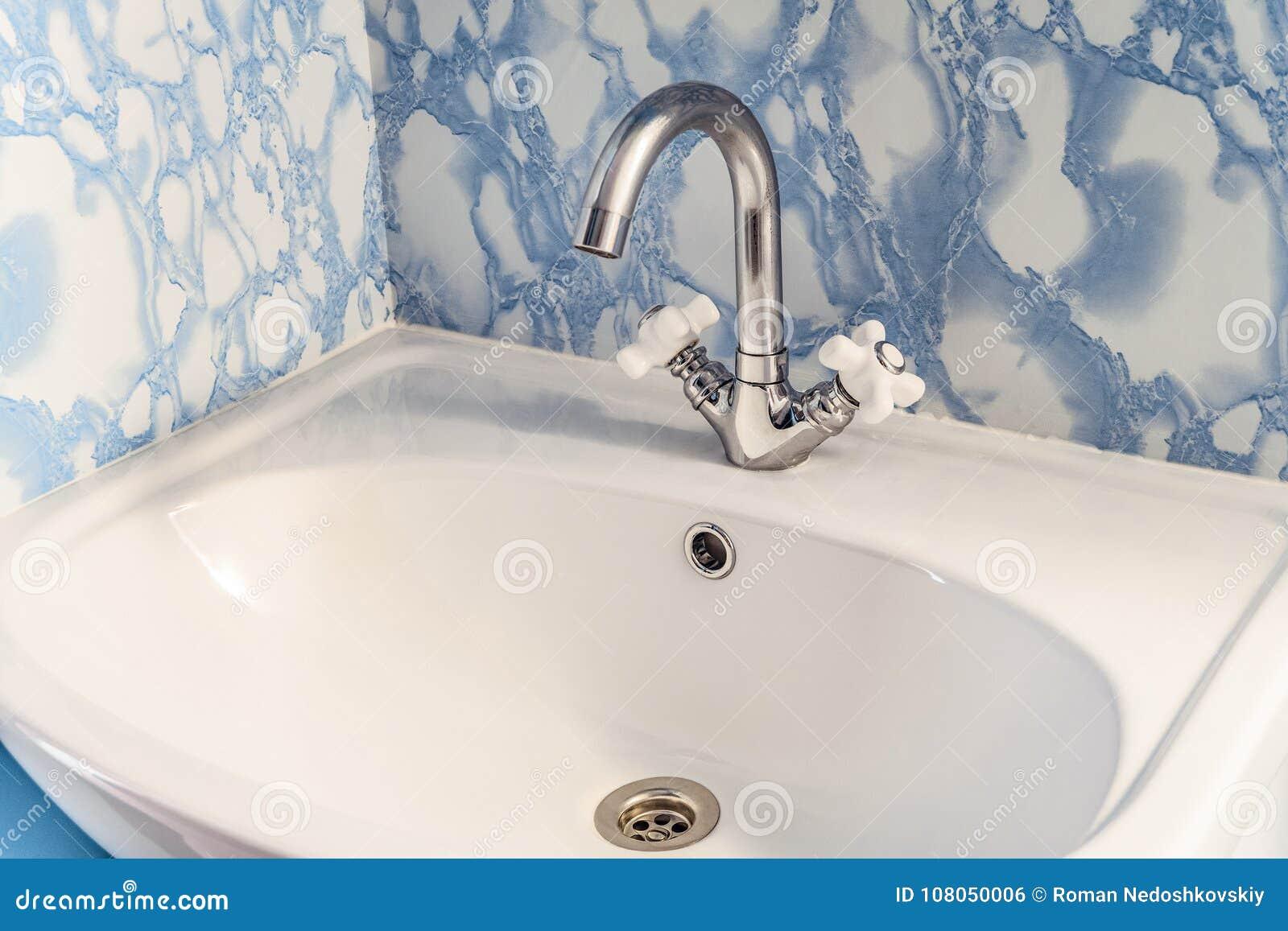 Instalować w narożnikowym chromowanym washbasin z białym zlew