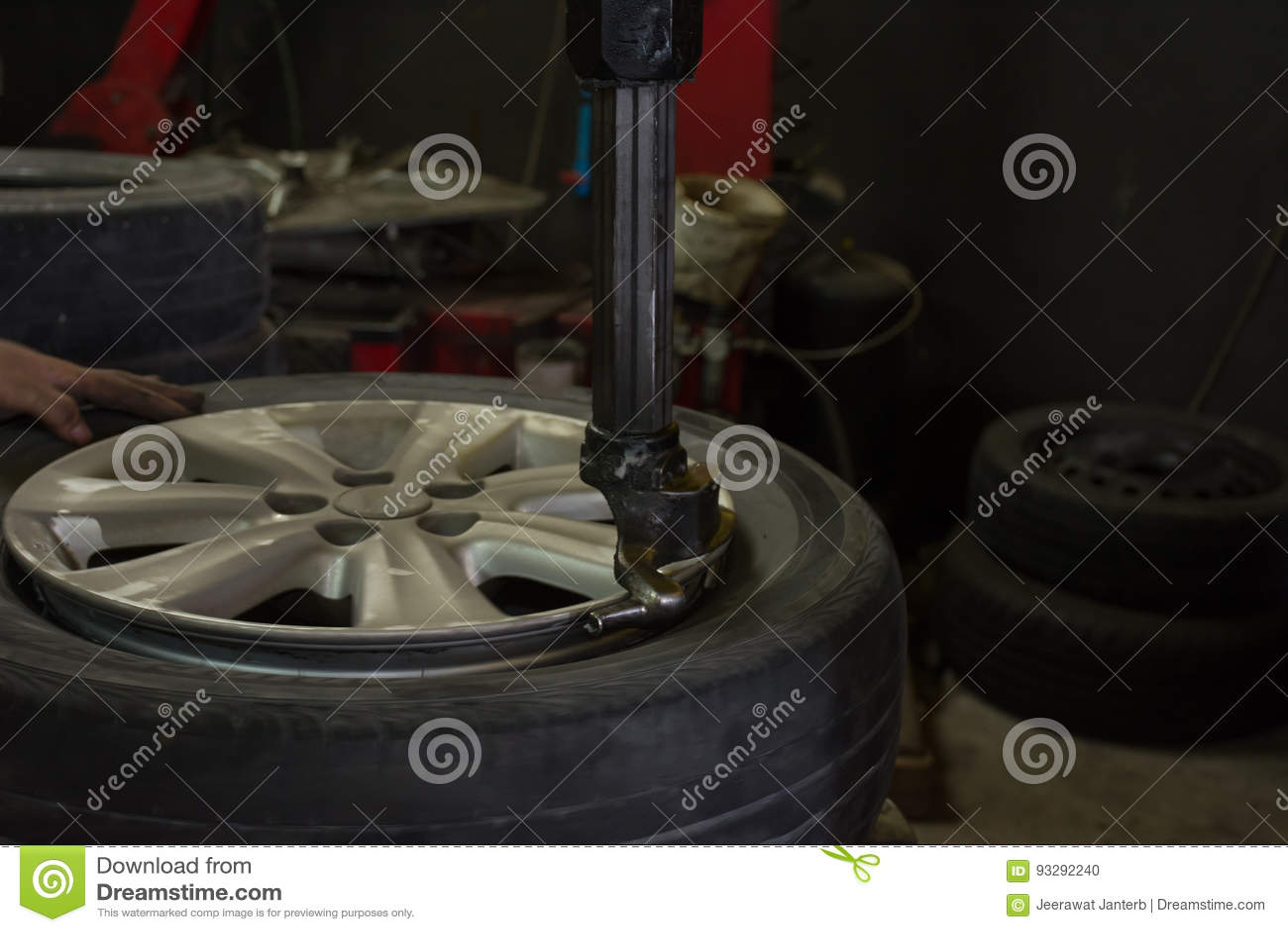 Instaluje nowego samochodowego koło na opona zmywacza maszynie