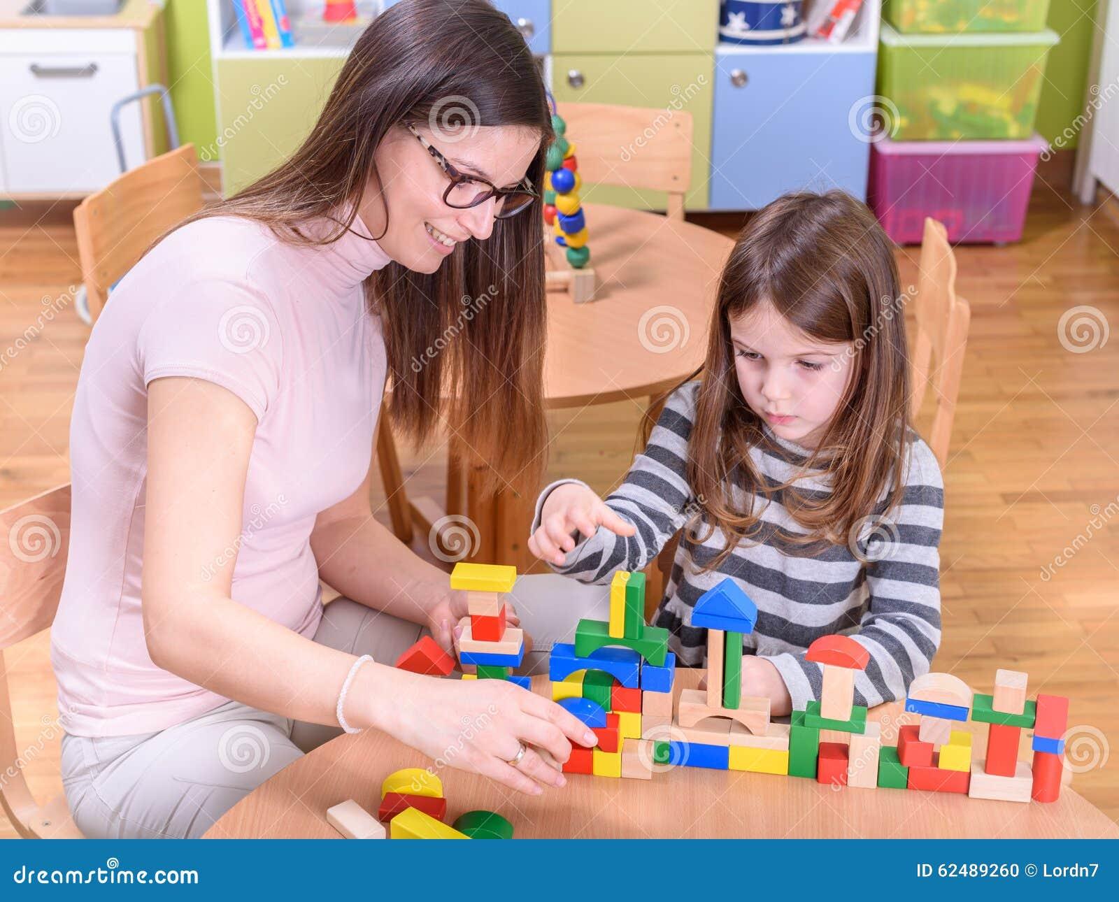 Institutrice gardienne Playing avec l enfant