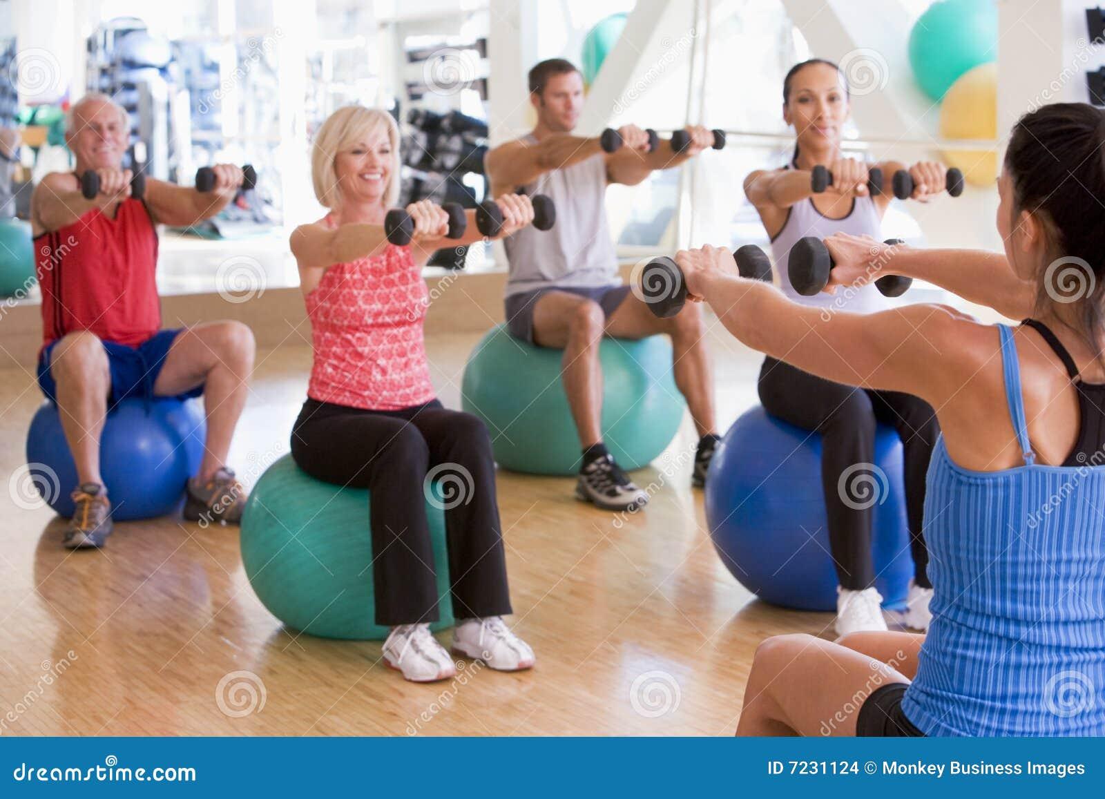 Instructeur die de Klasse van de Oefening neemt bij Gymnastiek