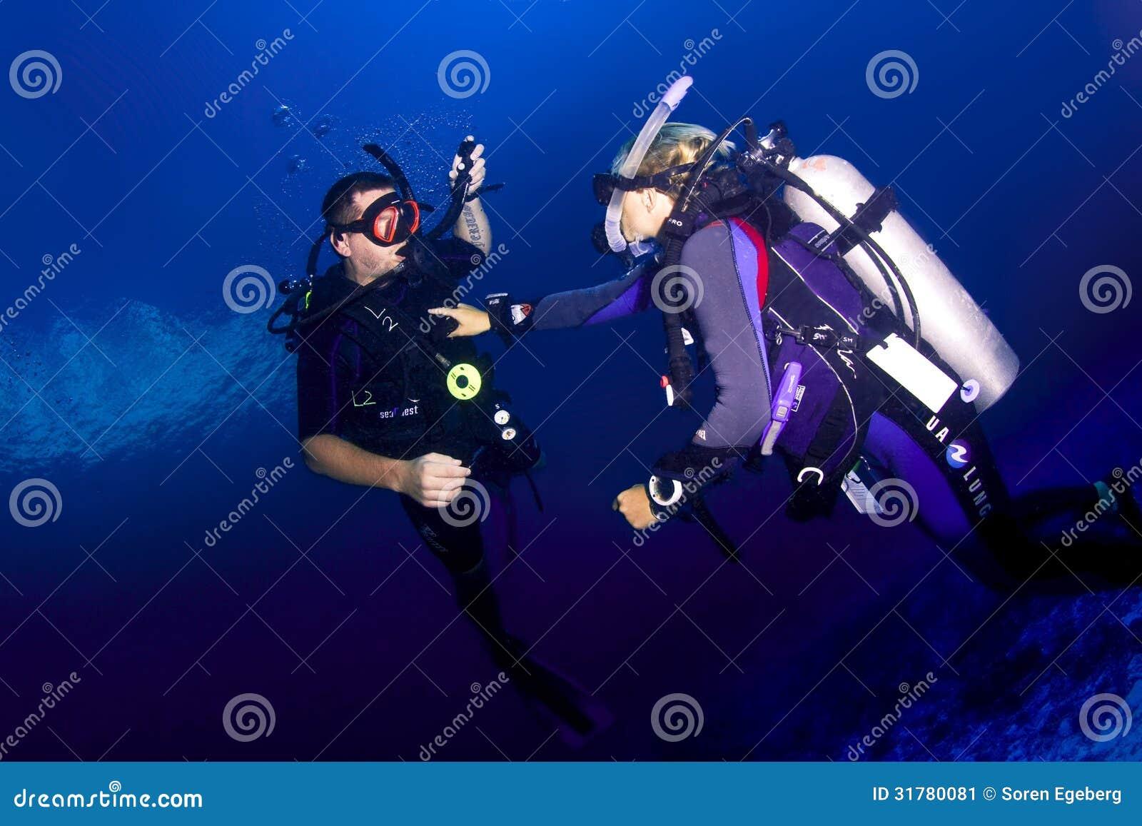 Instructeur et étudiant de plongée à l air