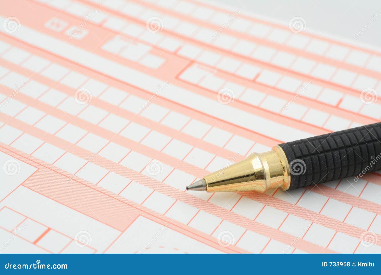 Instruction-macro d un crayon lecteur se trouvant sur une formule en blanc complètement des cadres vides