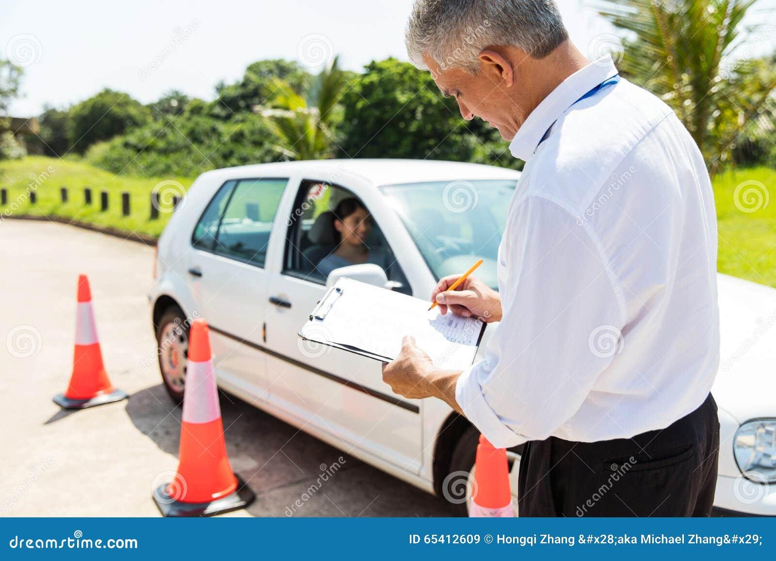 Instructor de conducción de sexo masculino mayor