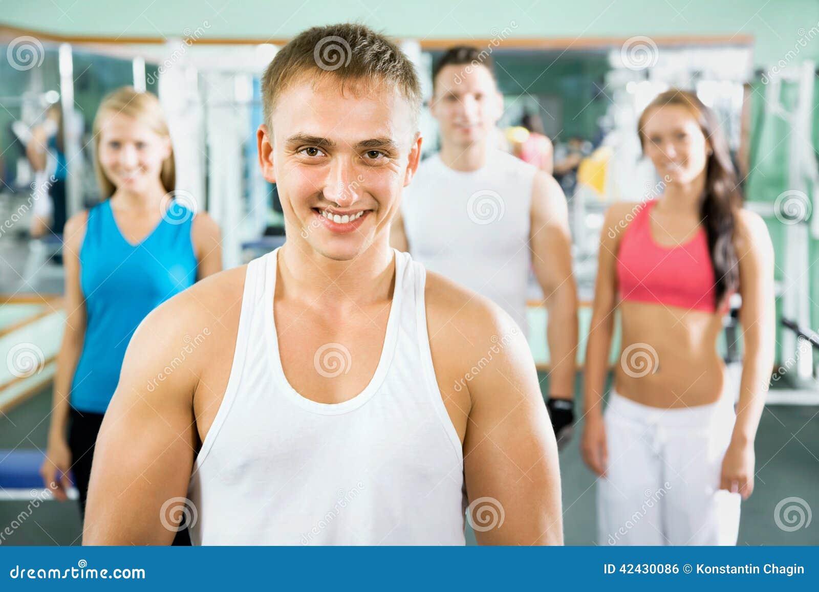 Instructor de la aptitud con la gente del gimnasio
