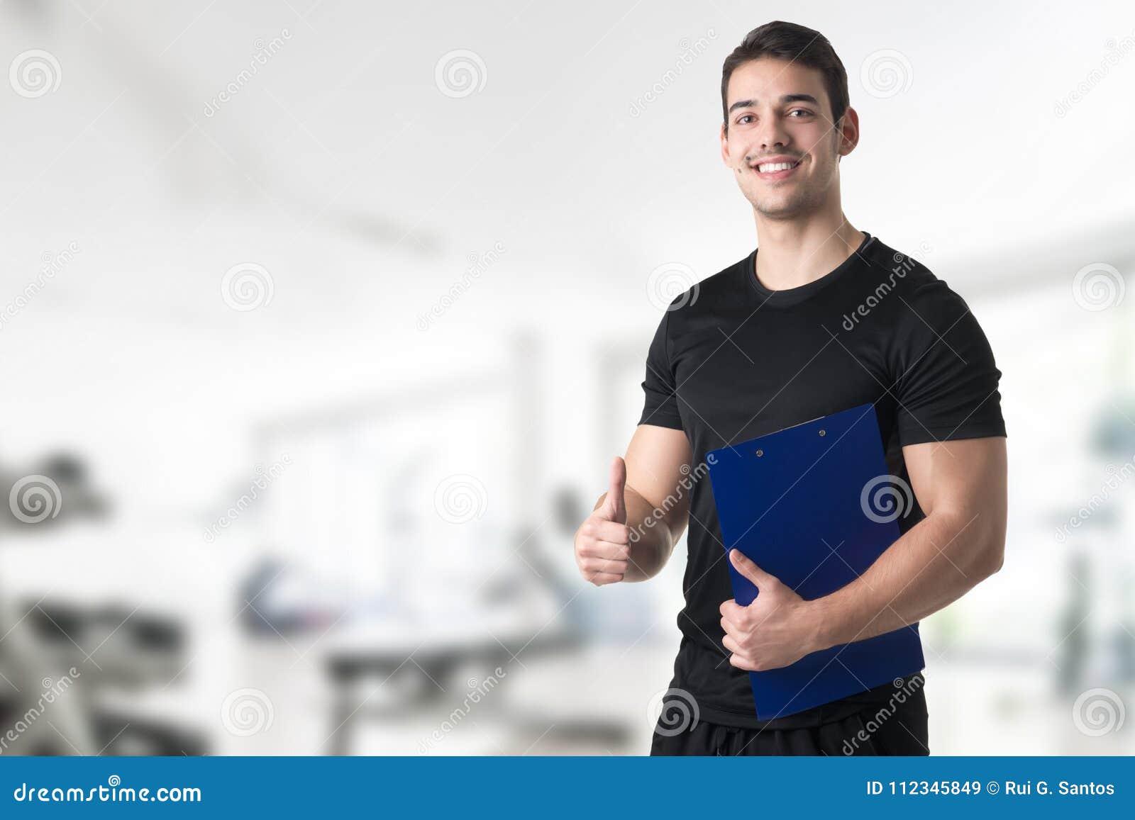 Instructor personal en un gimnasio