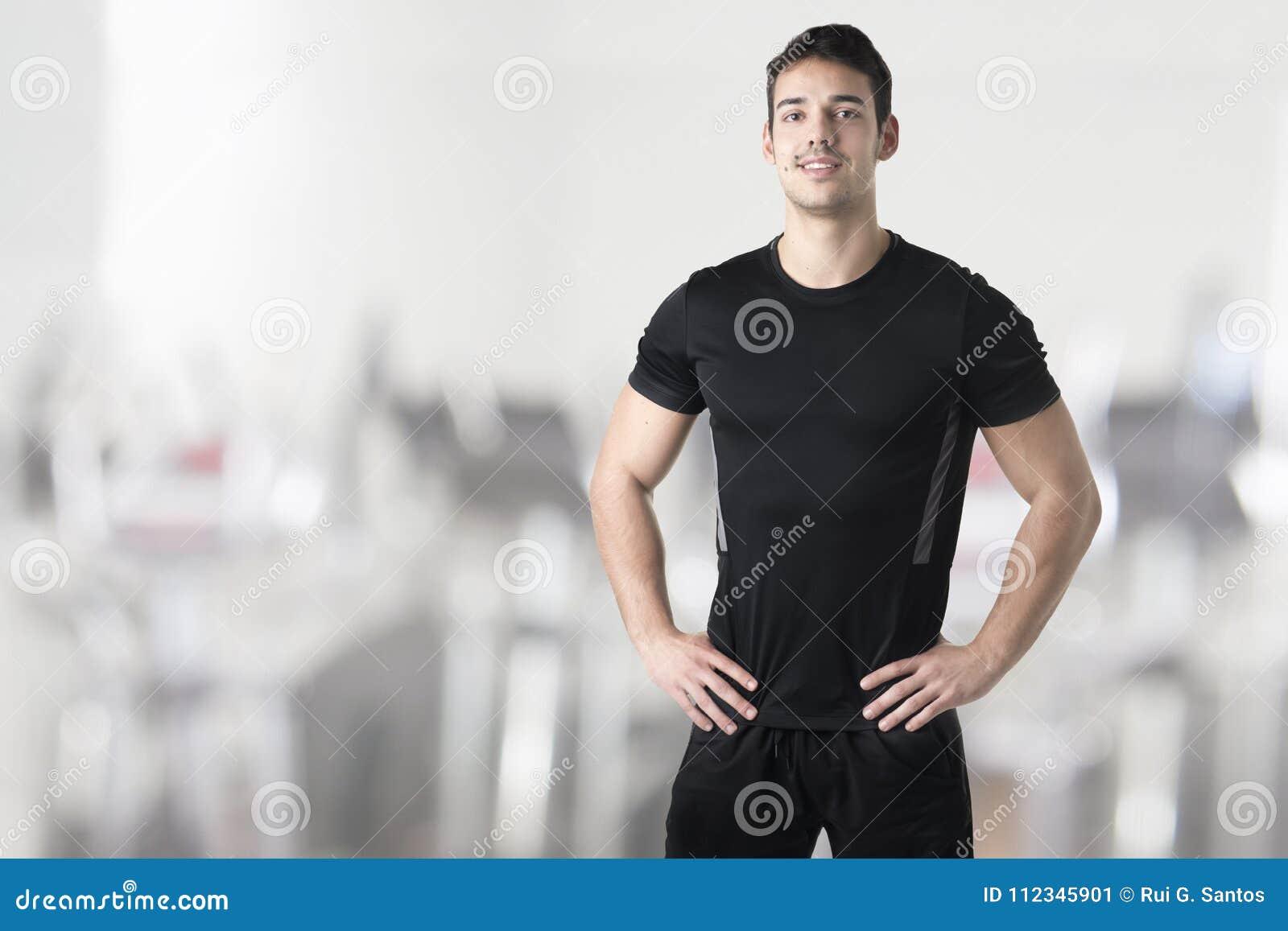Instructor personal With Hands en la cintura