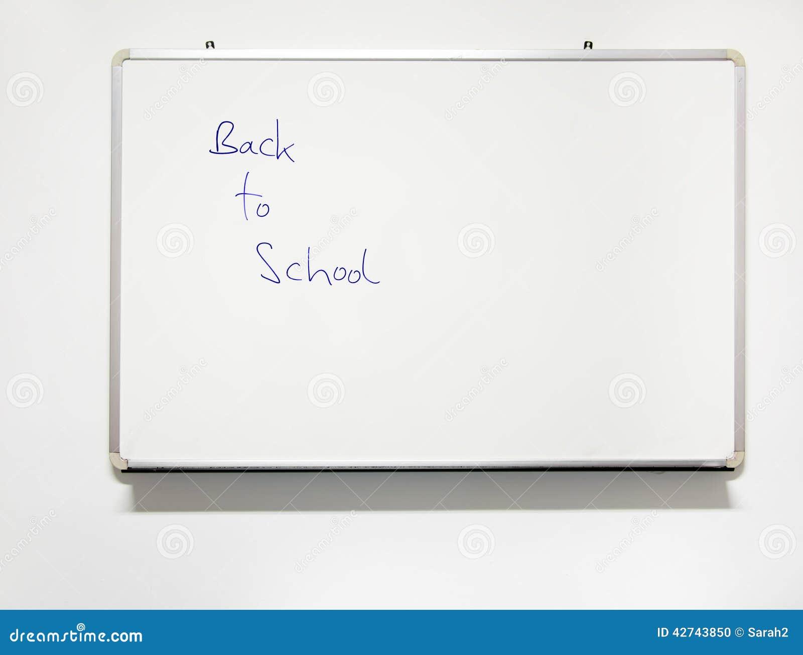 instruisez le tableau blanc de salle de classe avec la vraie criture de nouveau l 39 cole. Black Bedroom Furniture Sets. Home Design Ideas