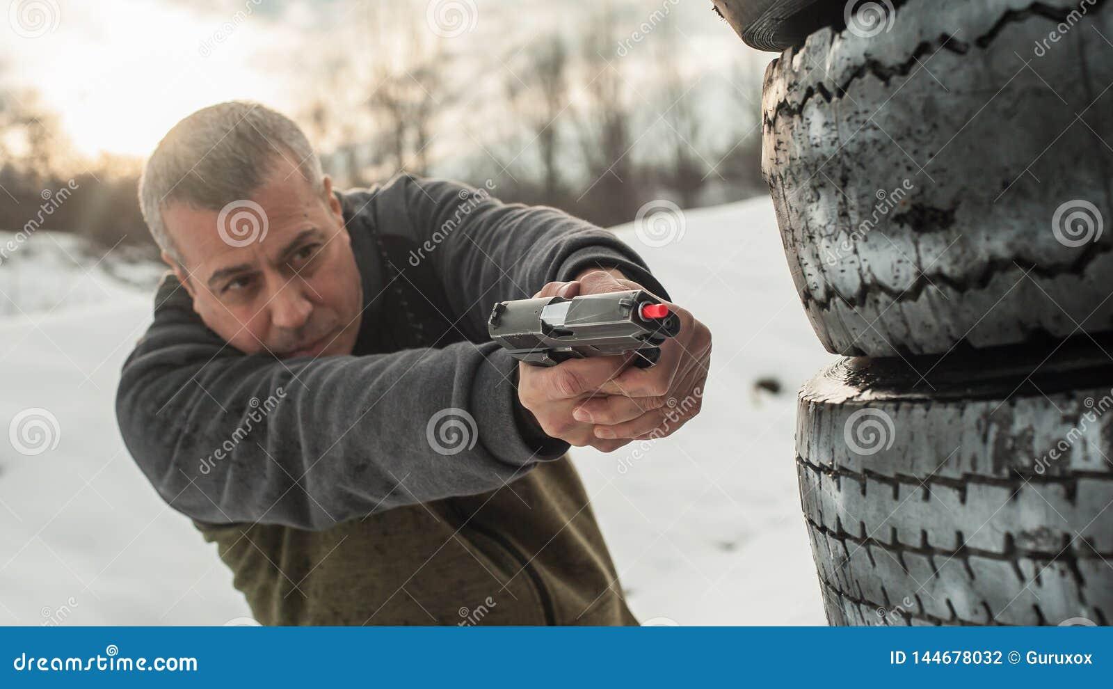Instrukt?ren visar kropppositionen av vapnet som bakifr?n skjuter barrikaden